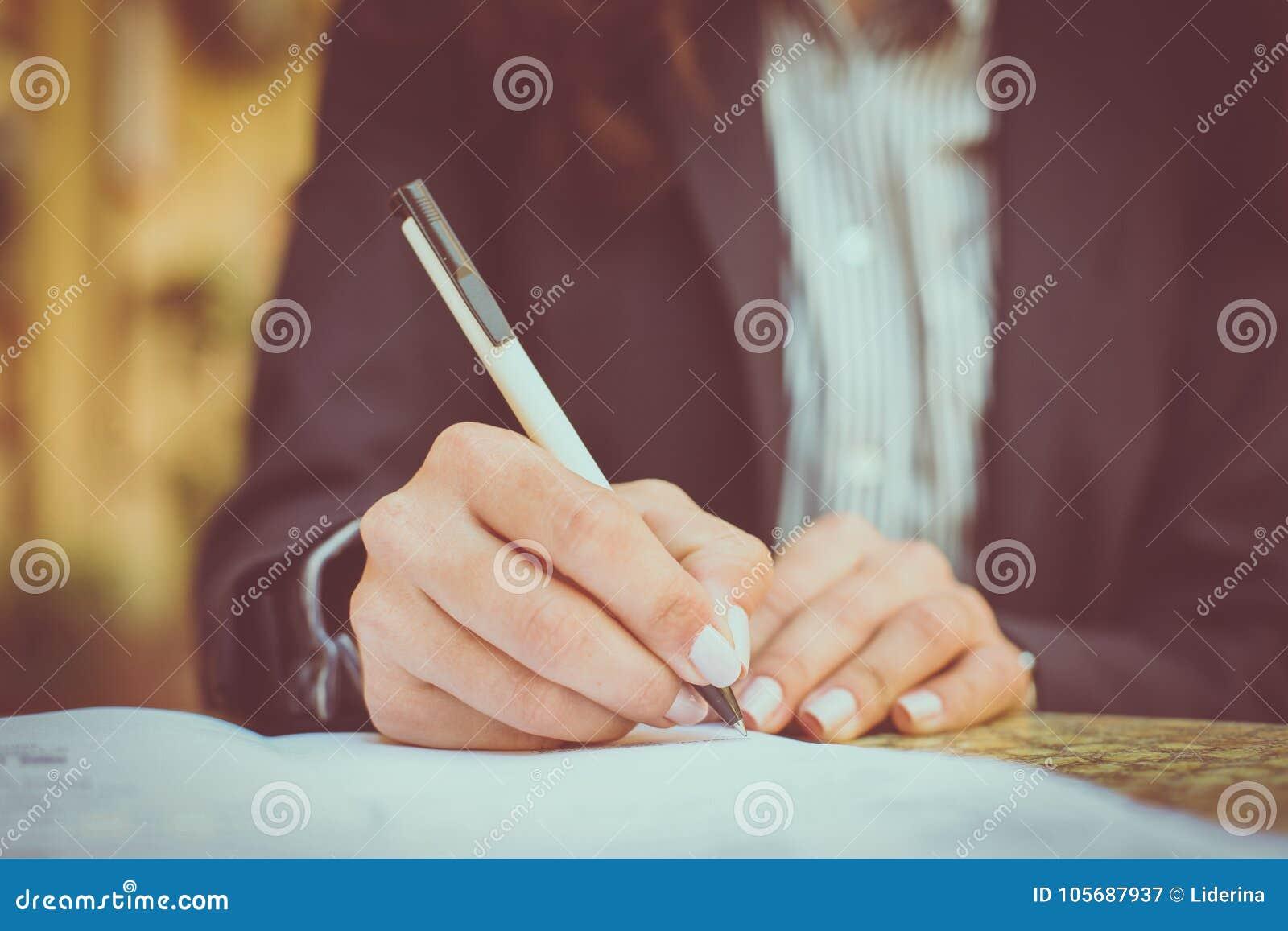 Underteckna in dokument close upp