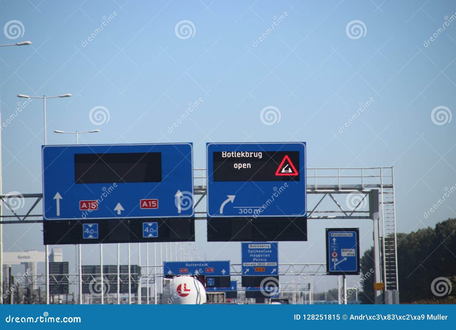 Underteckna ovanför vägen med varning att bron som namnges Botlekbrug är öppen som har inverkan av farlig godstrafik