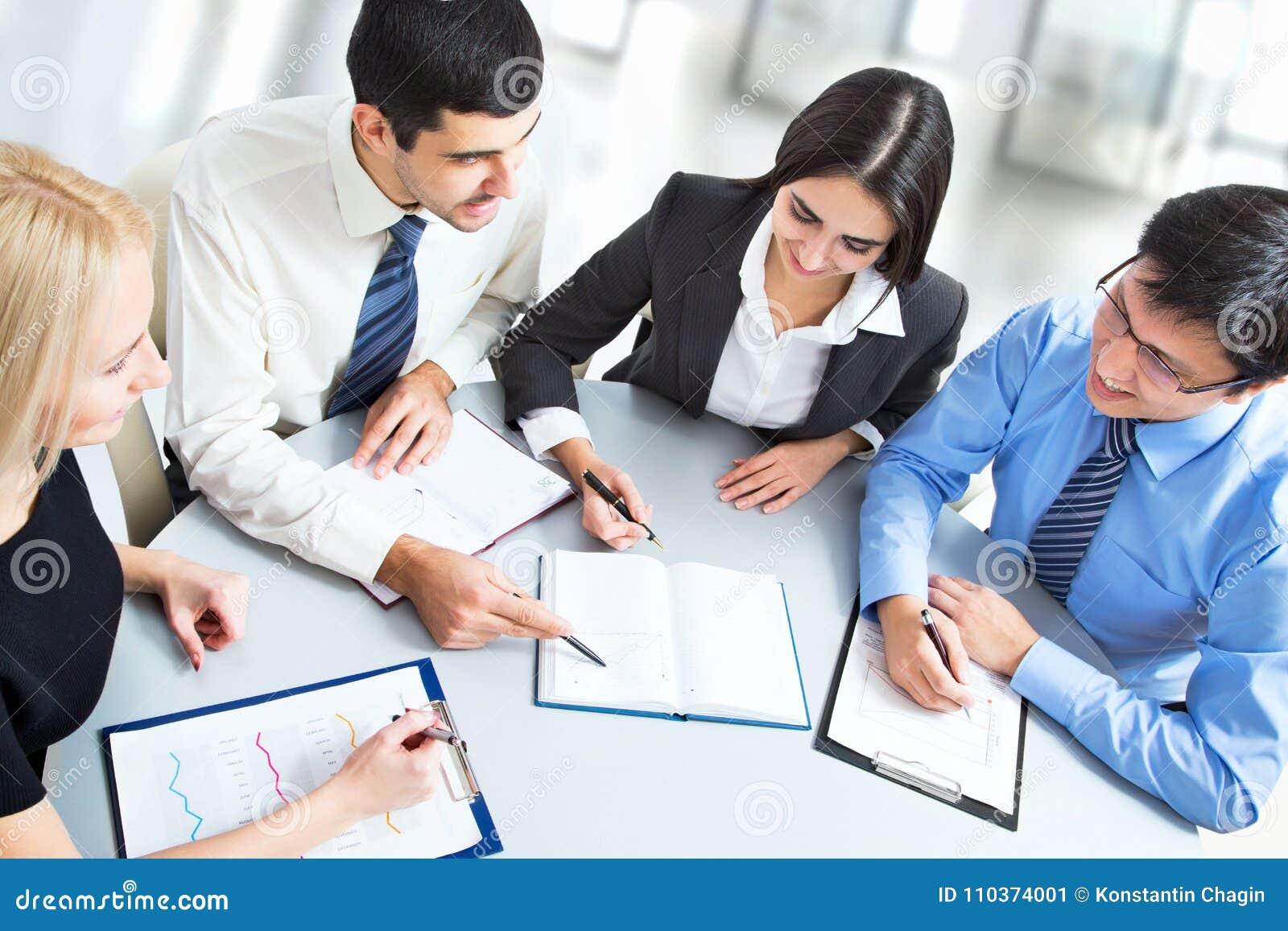 Une équipe d affaires de travail de quatre plans