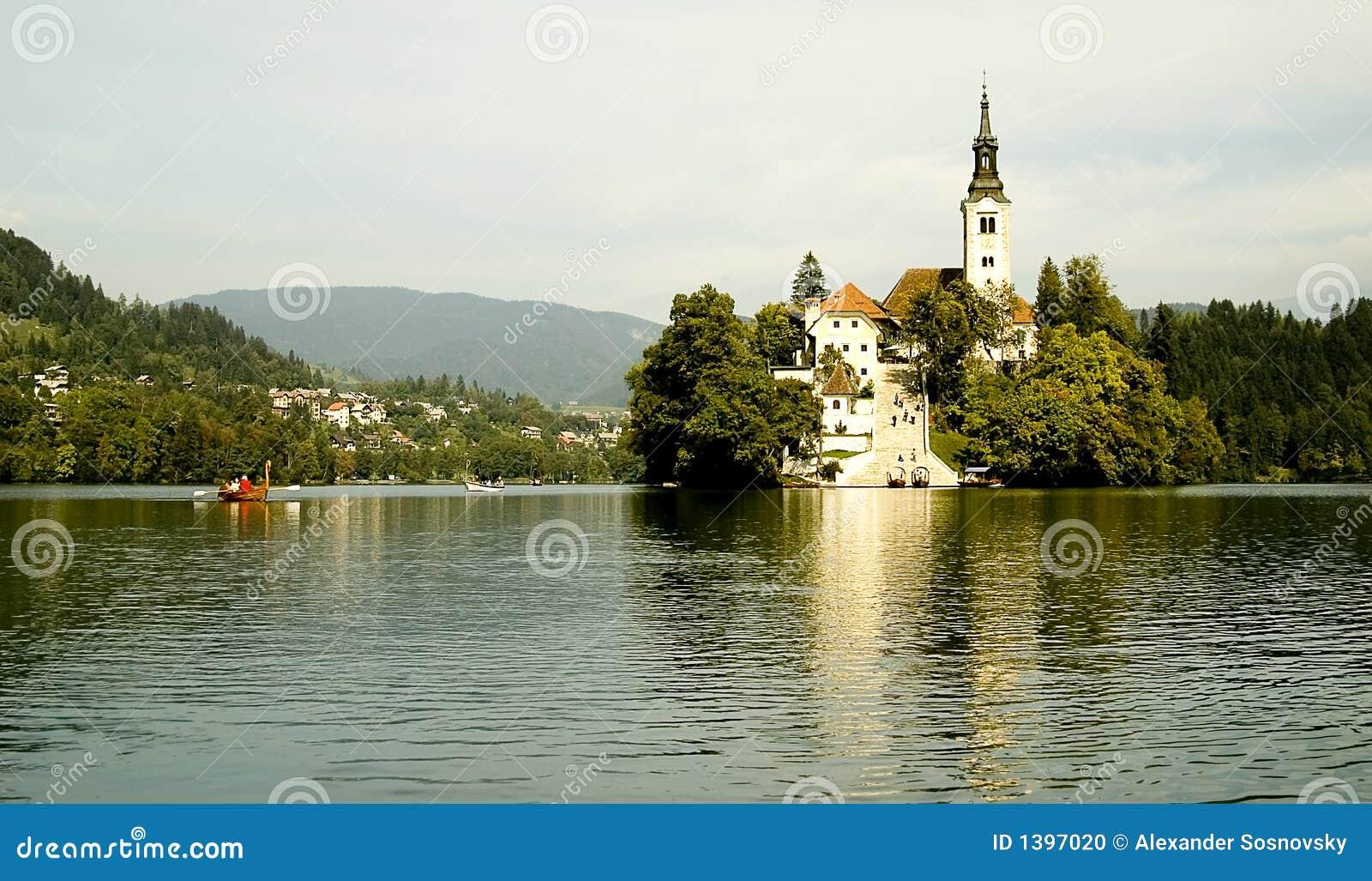 Une île et un bateau