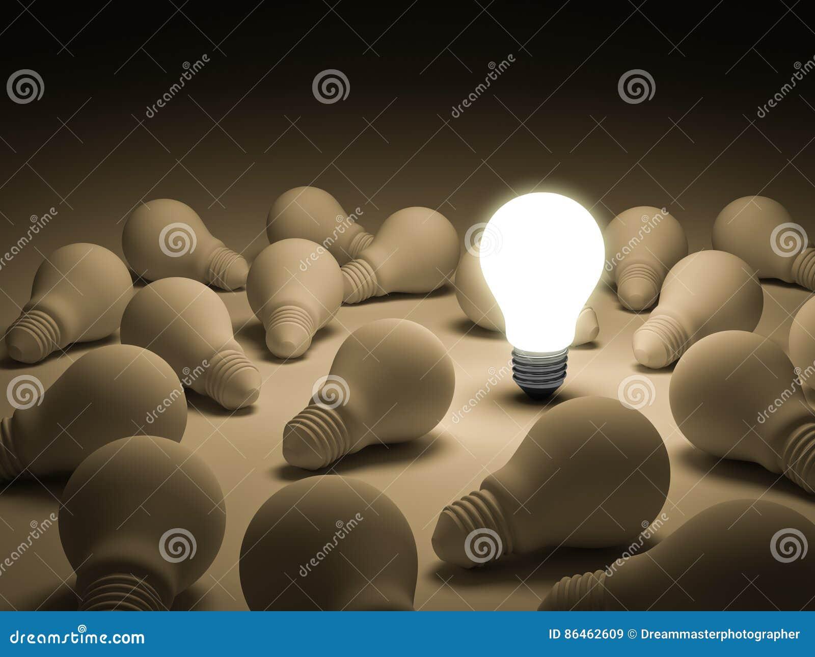 Une ampoule rougeoyante se tenant des ampoules incandescentes non allumées
