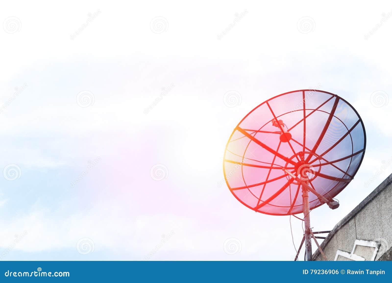 Une antenne parabolique sur le toit