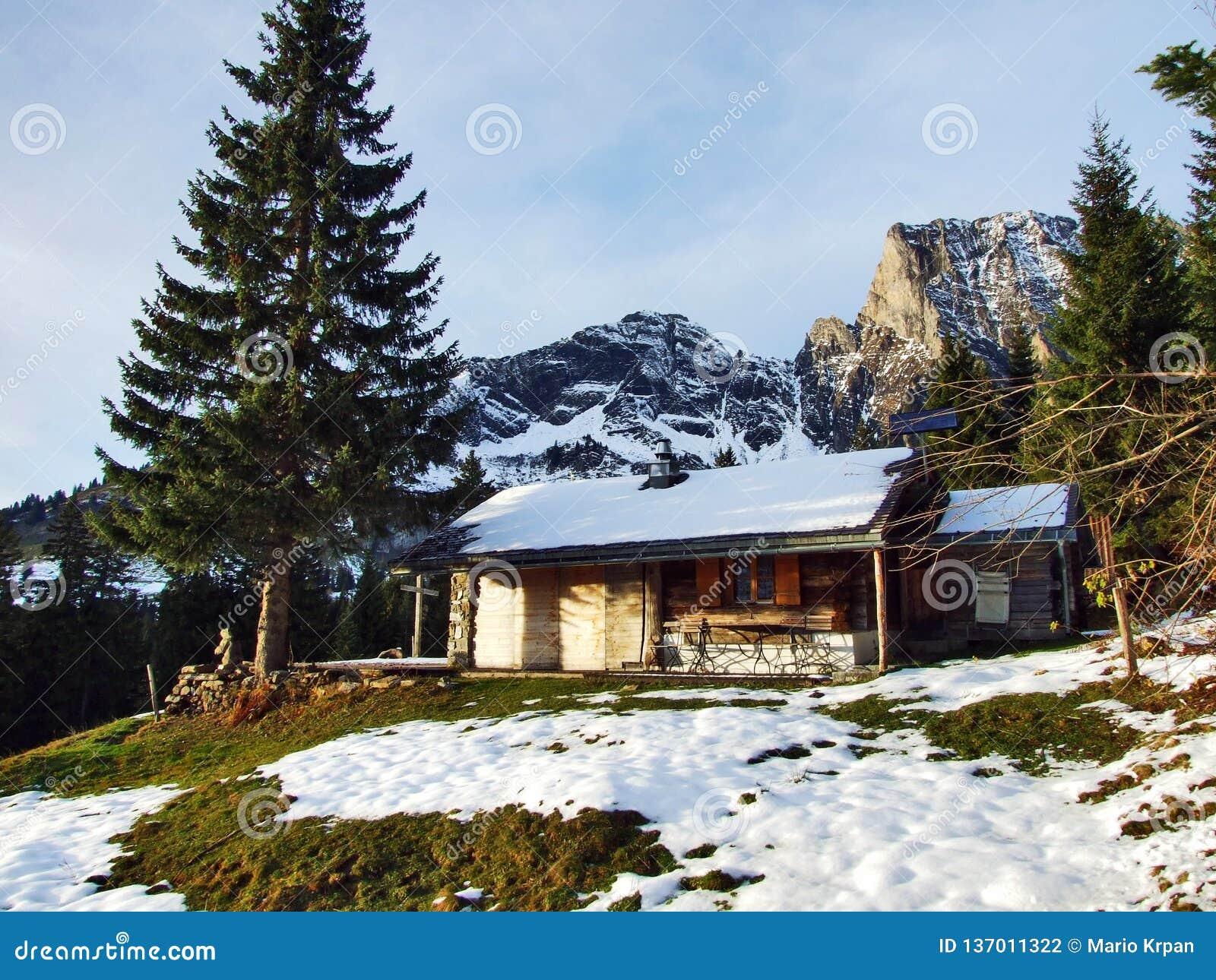Une atmosphère en retard d automne sur des pâturages et des fermes dans la vallée de la rivière de Seez et sur le plateau de mont