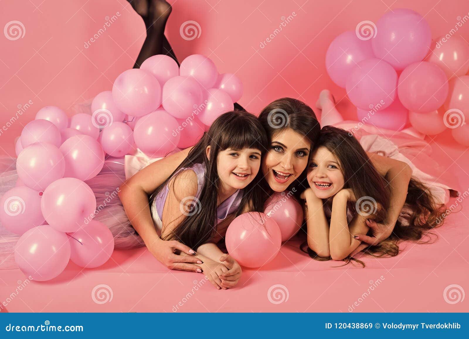 Une attention parentale Mère et enfant avec le vintage de ballons de rose