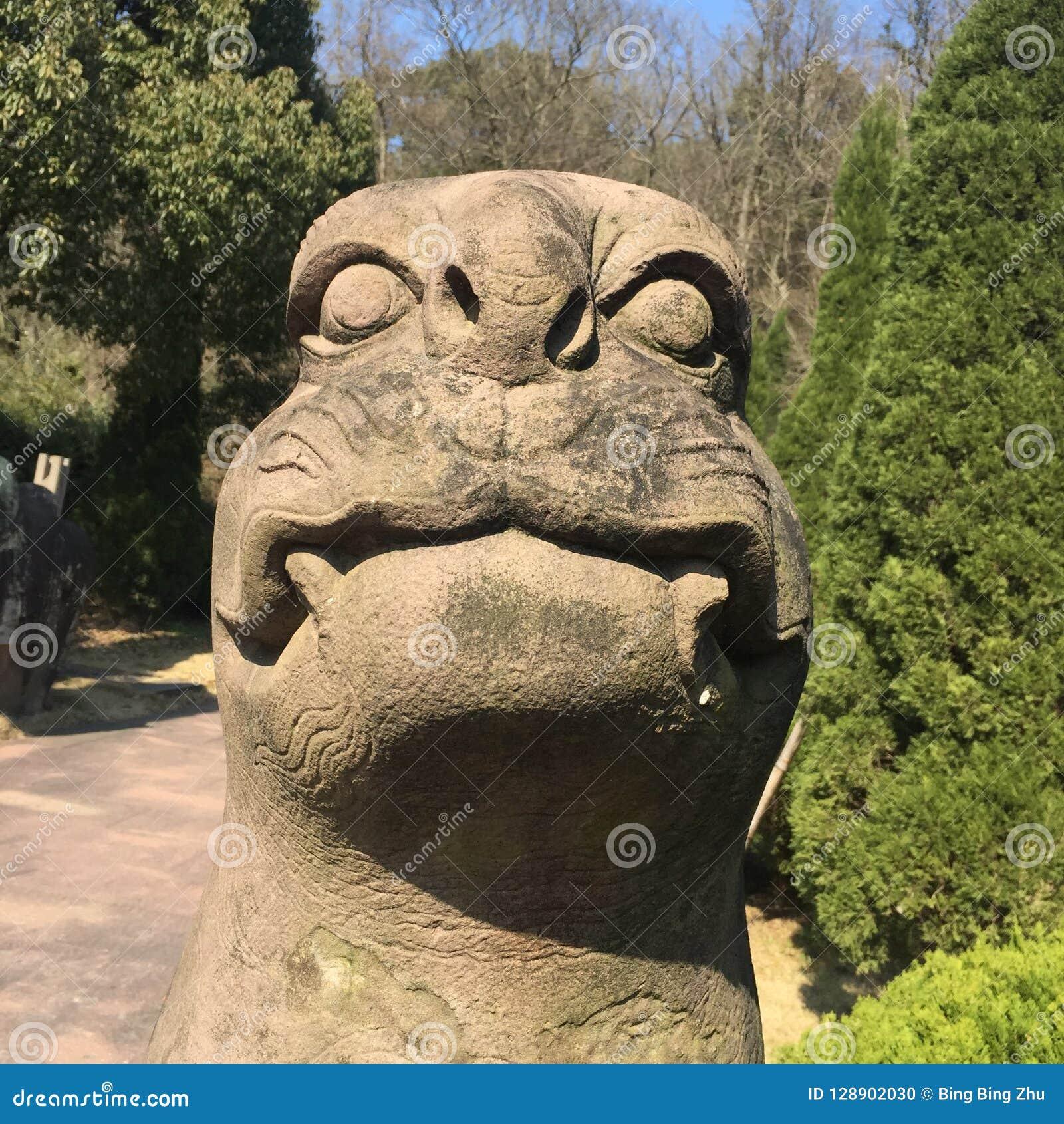 Une bête de pierre statuaire