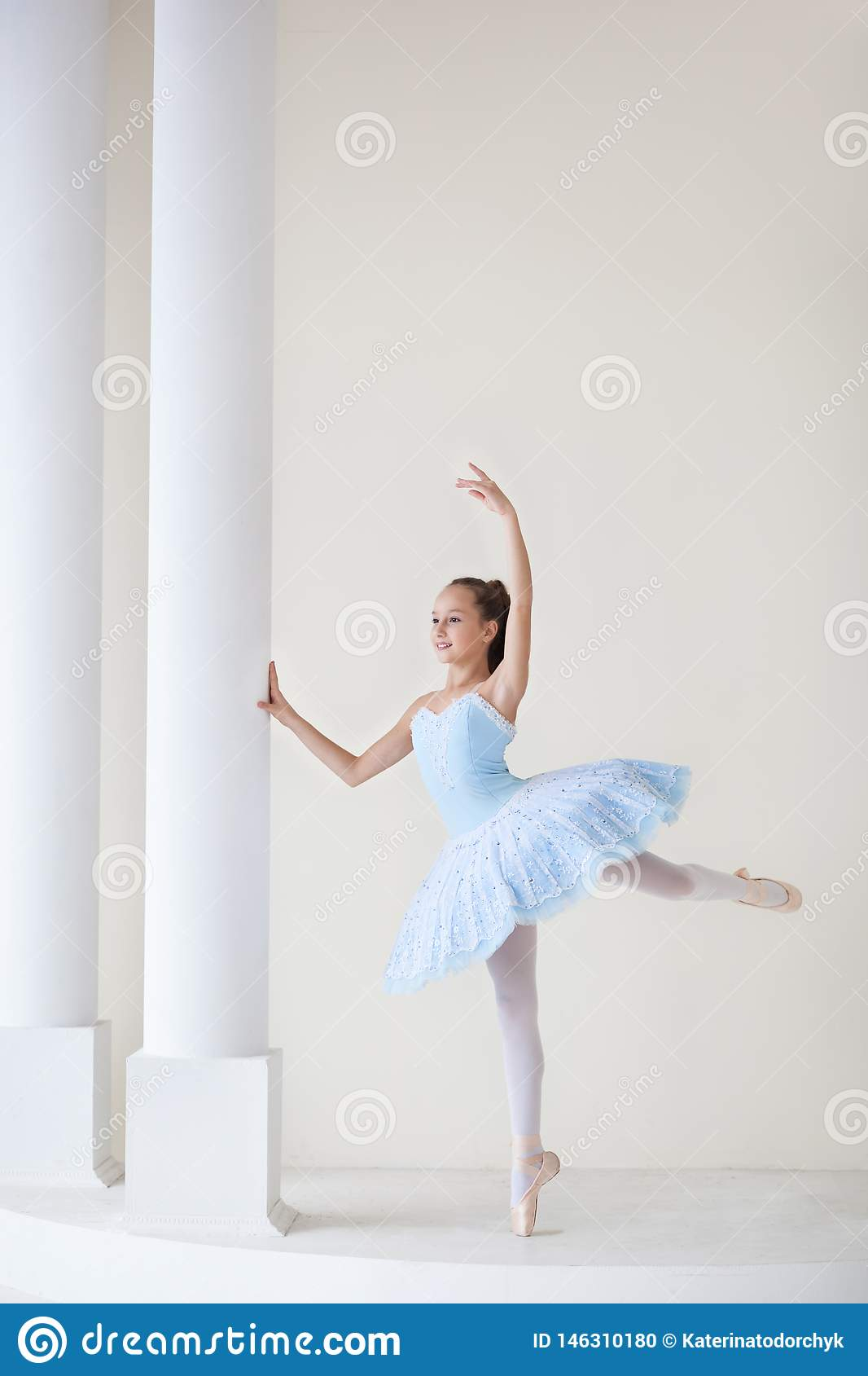 Une ballerine mignonne dans le costume de ballet et dans des danses de pointe pr?s du miroir Fille dans la classe de danse La fil