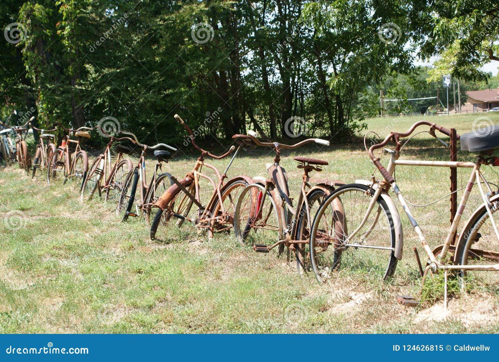Une barrière Around The Yard fait de vieilles bicyclettes