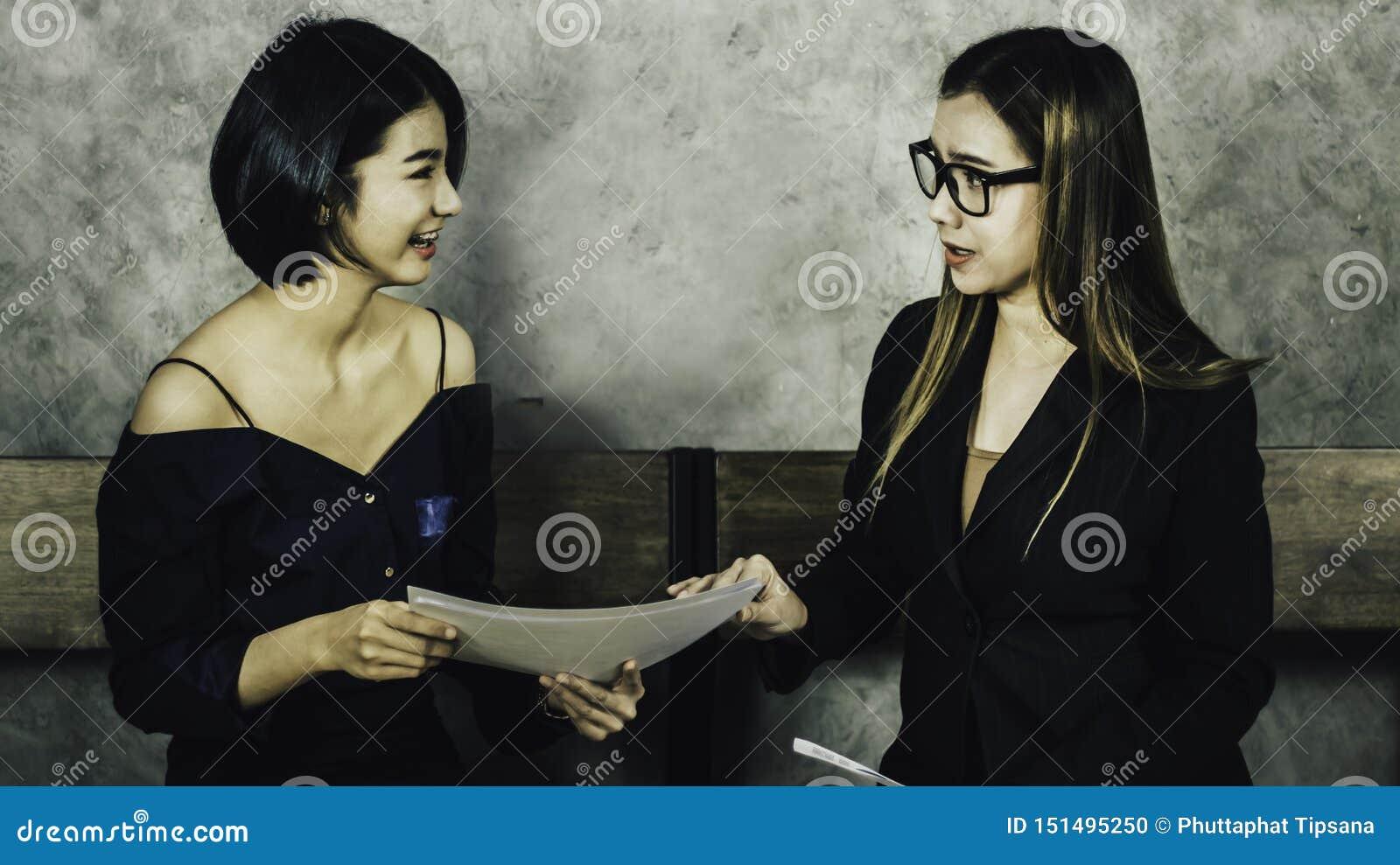Une belle femme asiatique s assied sur une chaise en bois tandis que pour une entrevue avec les ressources humaines le comité, co