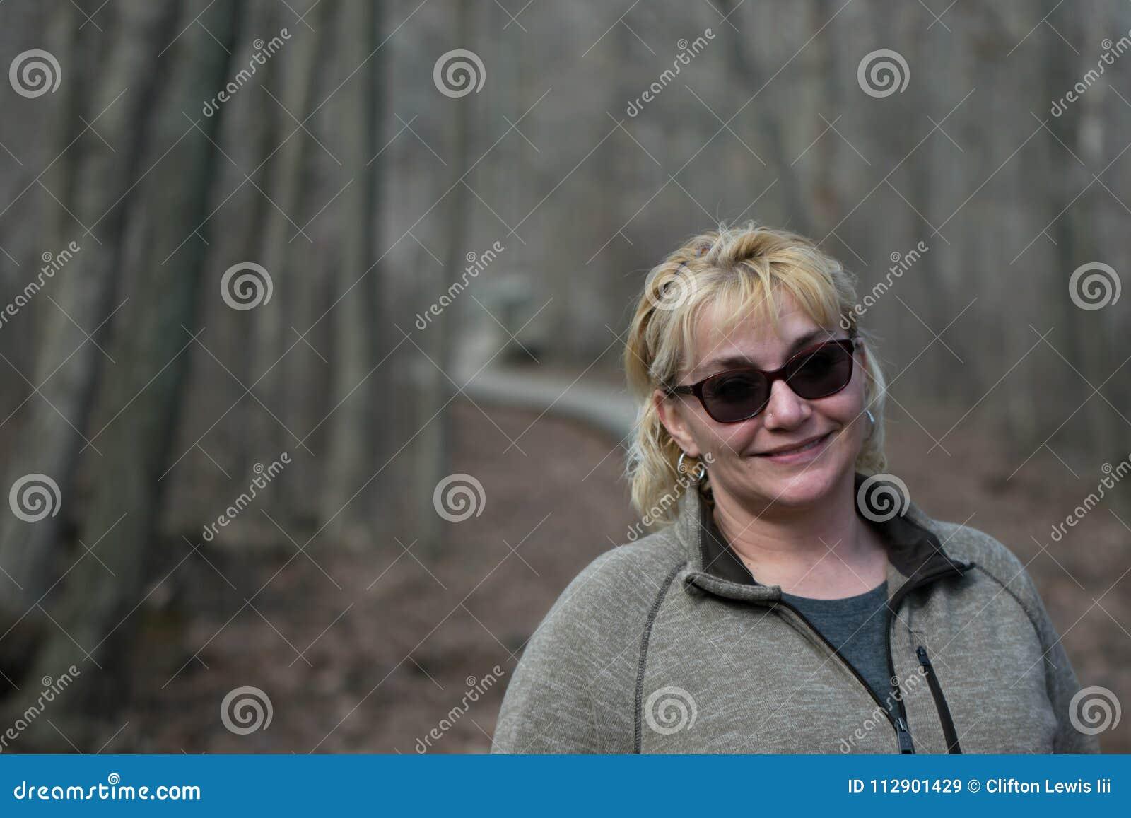 Une belle femme trimardant en bas d une traînée des vacances dans la forêt