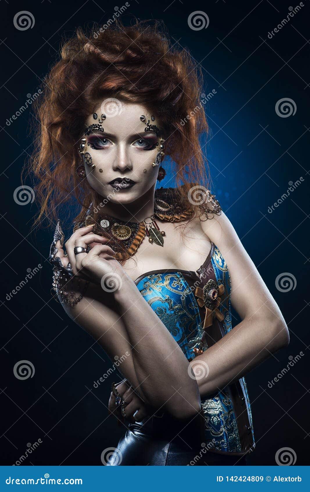 Une belle fille cosplay rousse réfléchie utilisant un costume de style victorien de steampunk avec de grands seins dans une encol