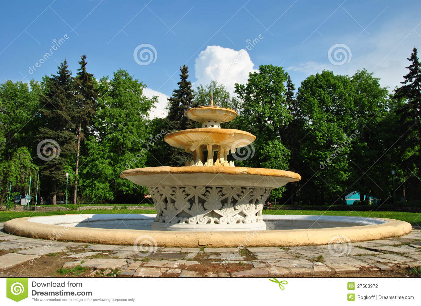 Une belle fontaine avec une piscine ronde photographie for Fontaine piscine