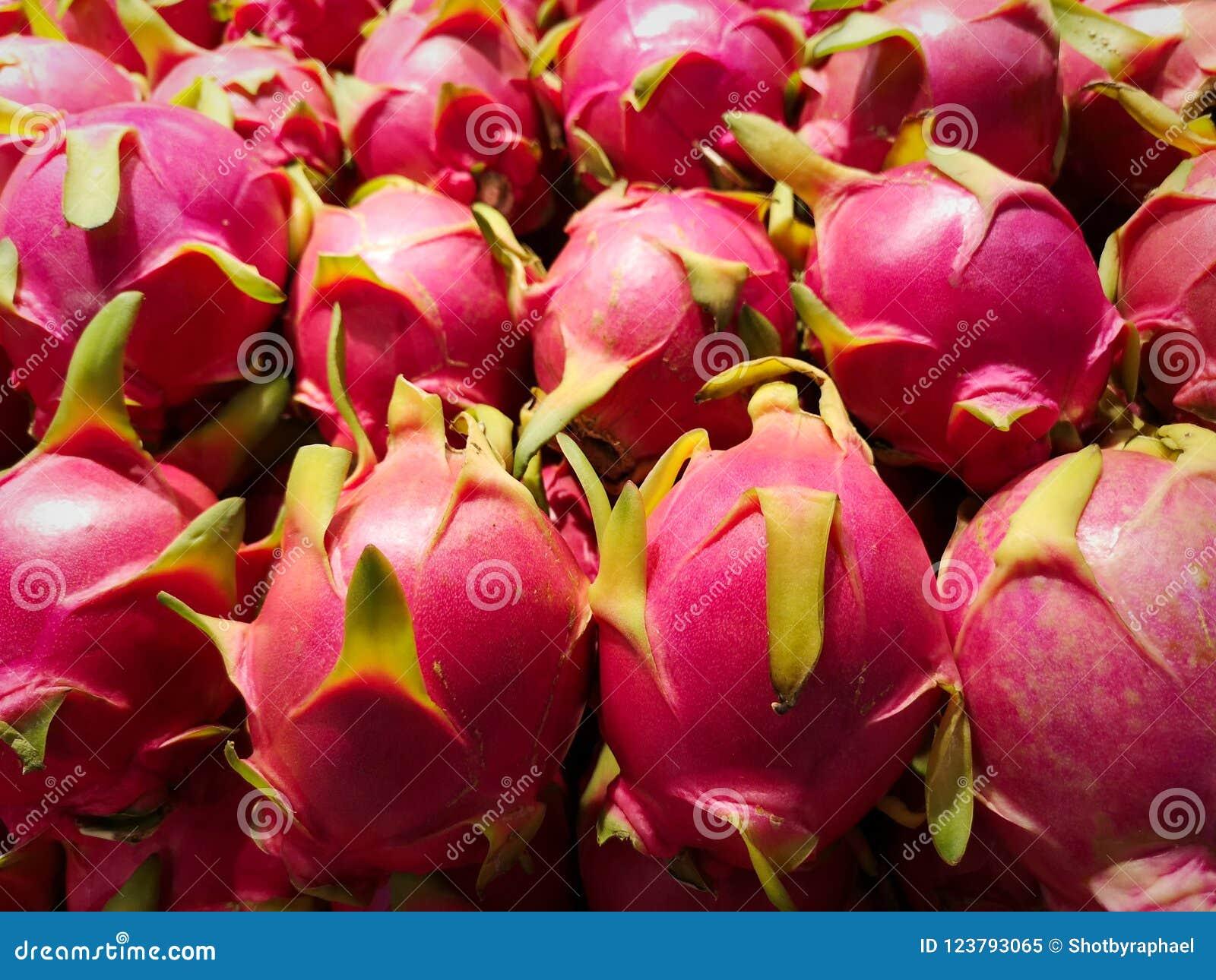 Une belle pile de fruit du dragon rose délicieux ; un favori doux et populaire dans des régimes asiatiques