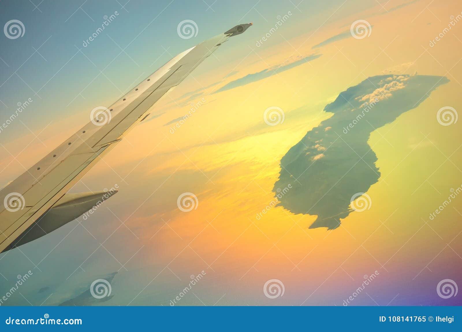 Une belle vue du hublot de l Airbus à Icaria, Ikaria également écrit, montant au soleil