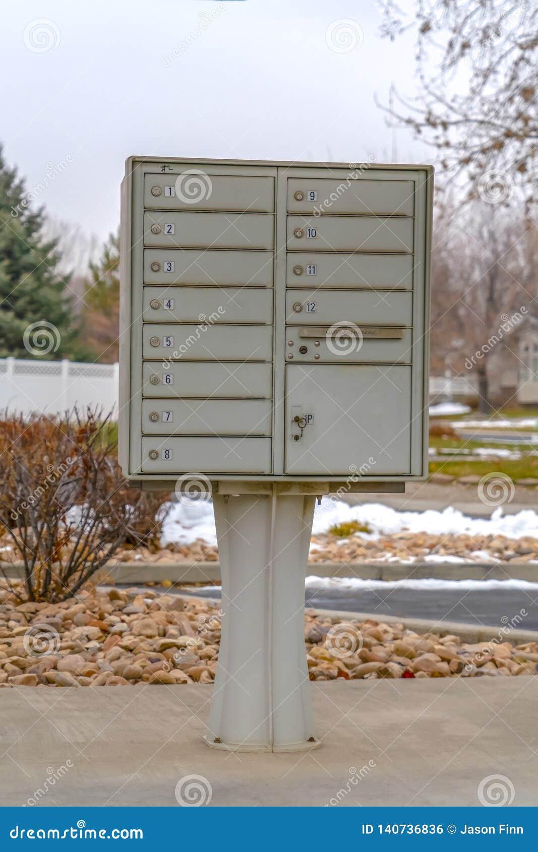 Une boîte aux lettres extérieure avec le jour numéroté de compartiments