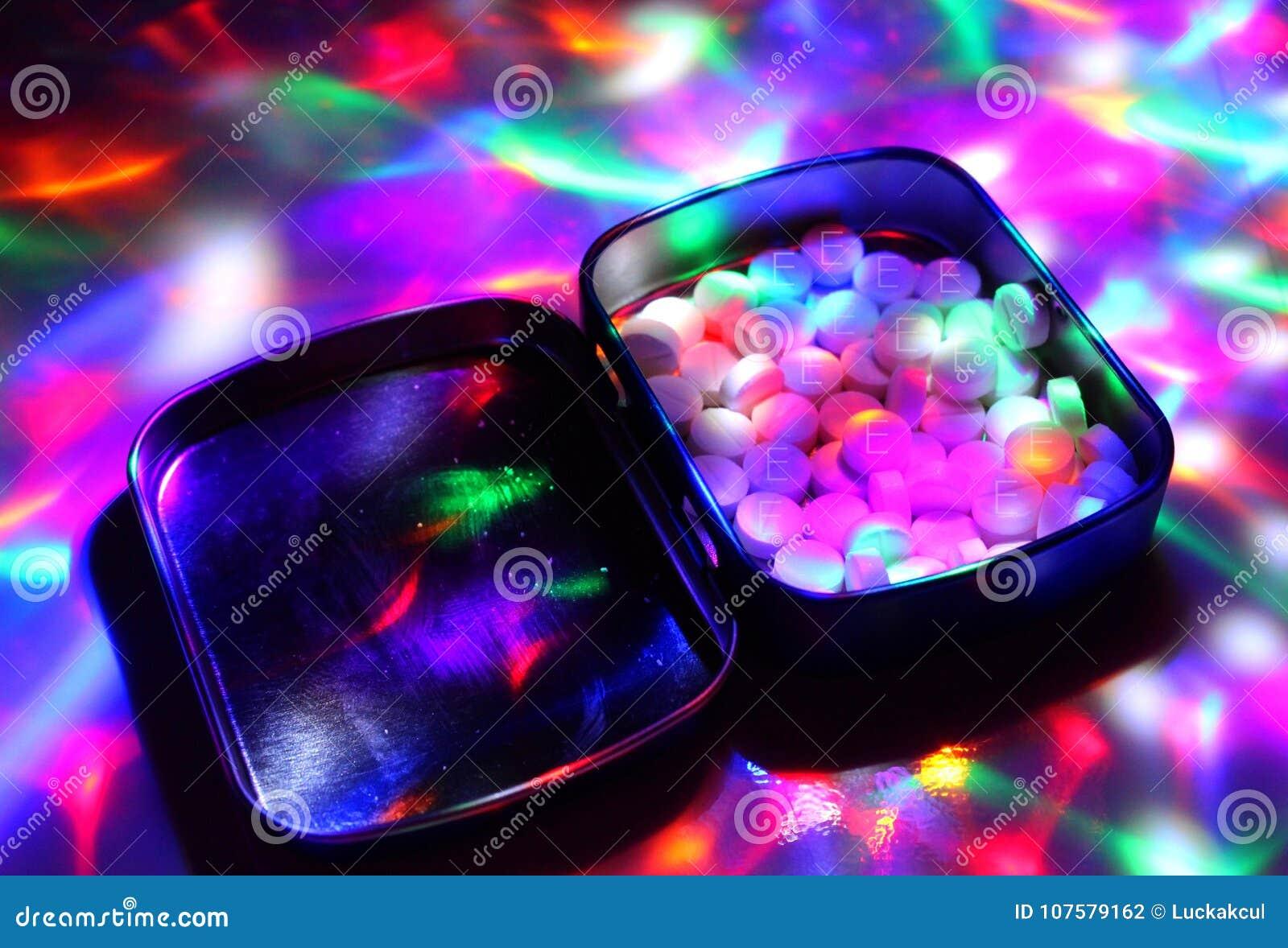 Une boîte a rempli d extase sous des lumières de disco