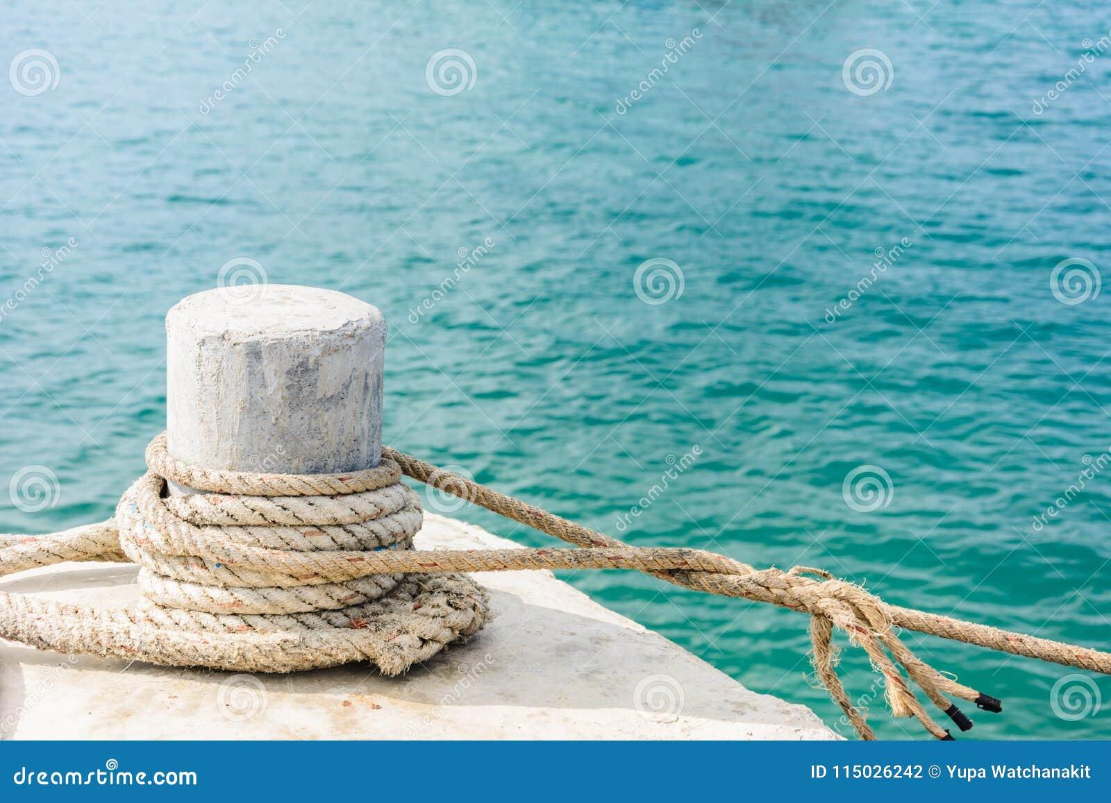 Une borne d amarrage s est enlacée avec une corde d amarrage