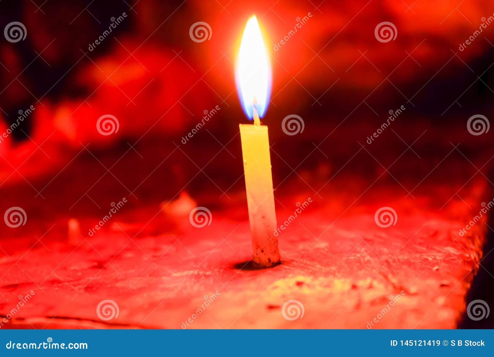 Une bougie de Noël écartant le fond noir clair dans le festival de Diwali, une célébration traditionnelle de l Inde