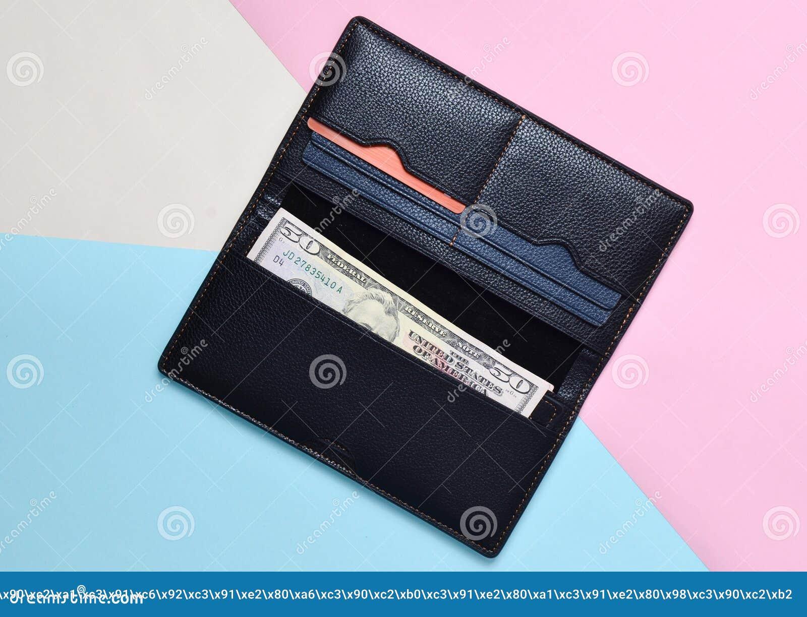 Une bourse noire ouverte avec les factures et les cartes de crédit dolar sur un fond en pastel multicolore Tendance de minimalism