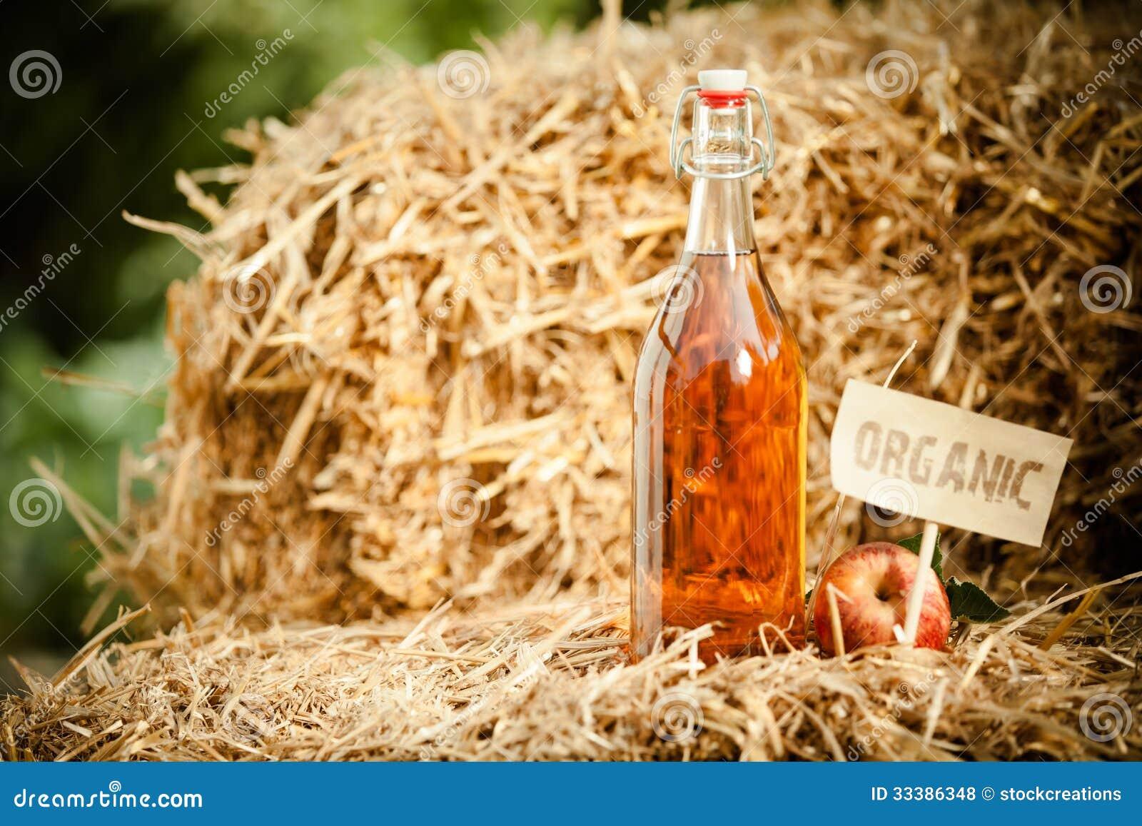 une bouteille de vinaigre de cidre naturel de pomme sur la paille photo stock image du jardin. Black Bedroom Furniture Sets. Home Design Ideas