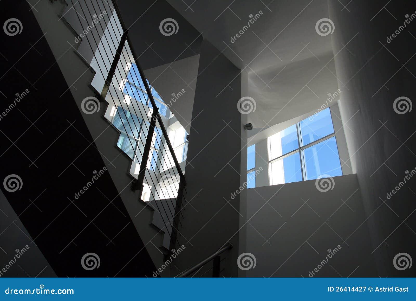 une cage d 39 escalier lumineuse moderne photographie stock libre de droits image 26414427. Black Bedroom Furniture Sets. Home Design Ideas