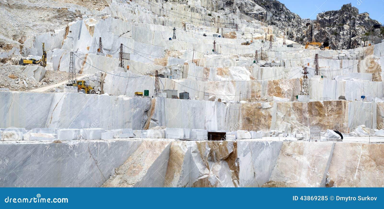 une carri re de marbre de carrare image stock image du retrait mine 43869285. Black Bedroom Furniture Sets. Home Design Ideas