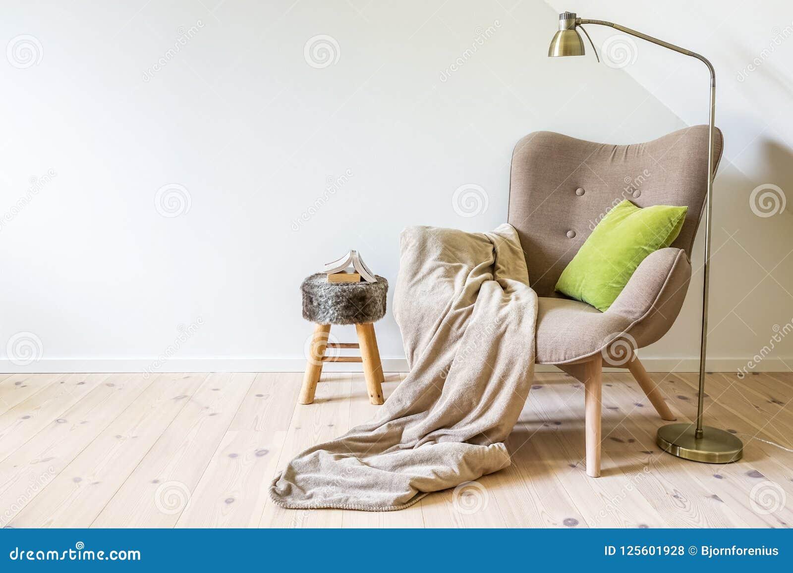 Une Chaise De Lecture Fauteuil Avec Lampe La Couverture Et Un Livre Ouvert