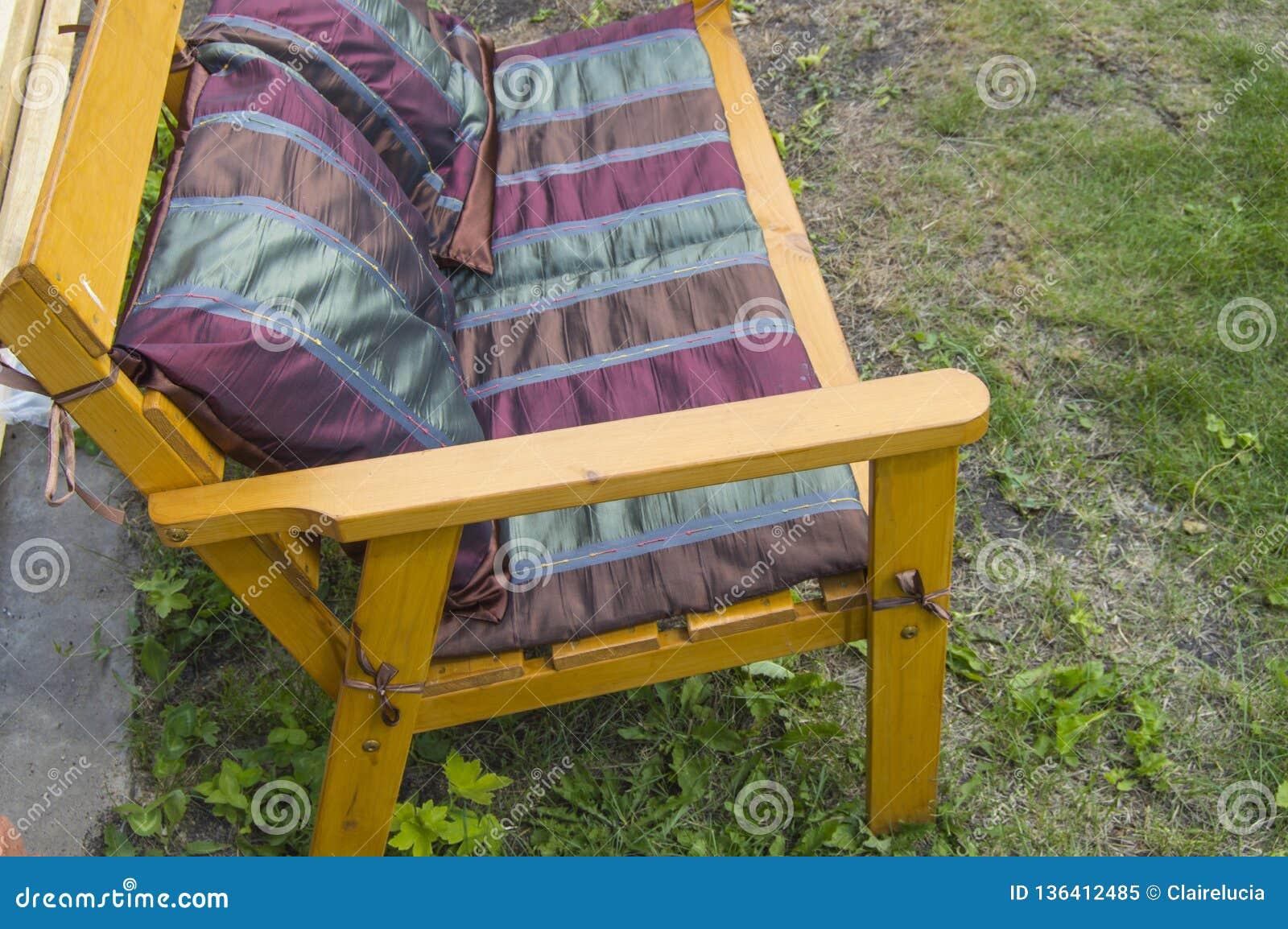 Une Chaise En Bois Faite Main Couverte De Couverture Et De ...