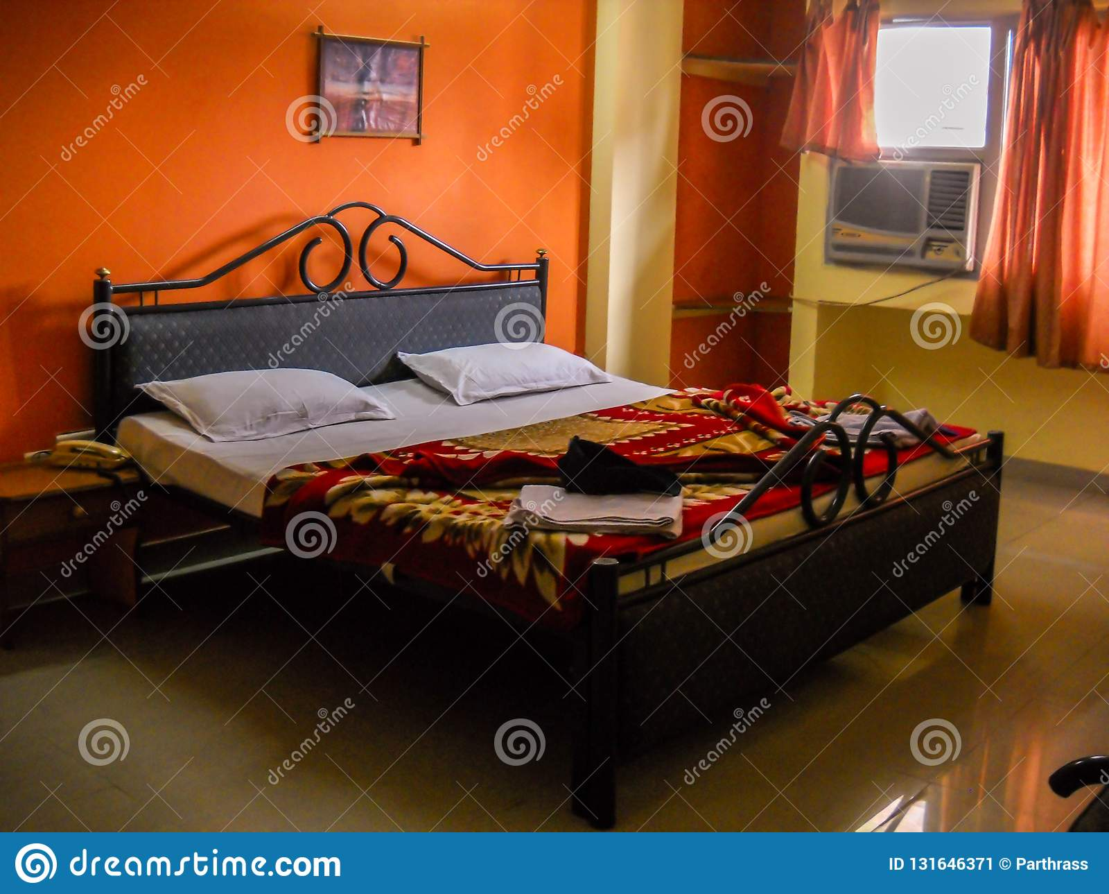 Une Chambre à Coucher Avec Le Lit Et Le Modèle De Couleurs ...