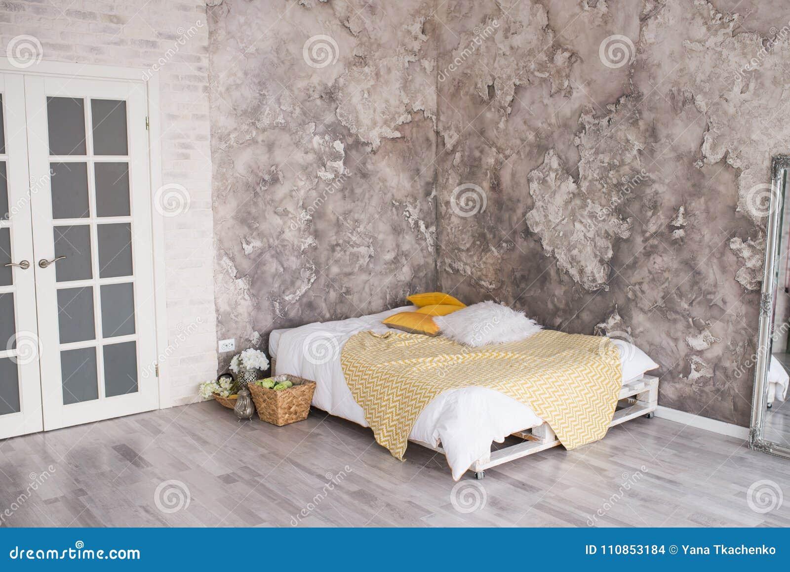 Une Chambre à Coucher De Style De Grenier Avec Le Lit ...