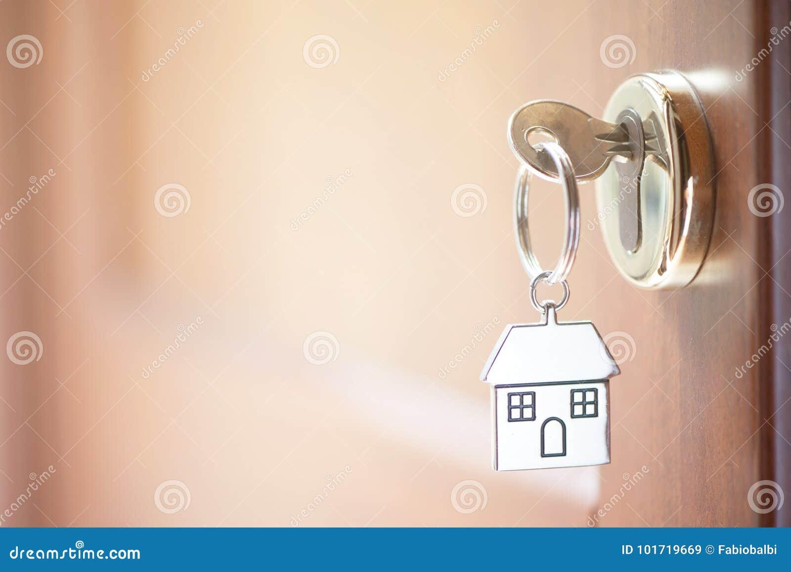 Une clé dans une serrure avec la clé de maison