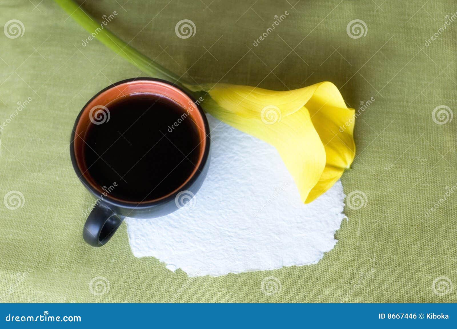 Une cuvette de café et d une calla
