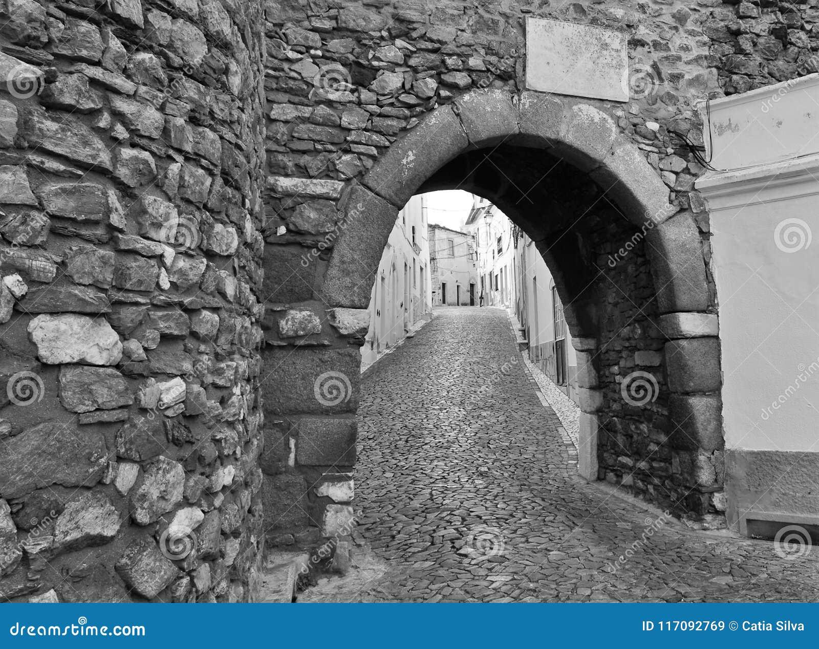Entrée Noir Et Blanc une entrée au château et une rue étroite en noir et blanc