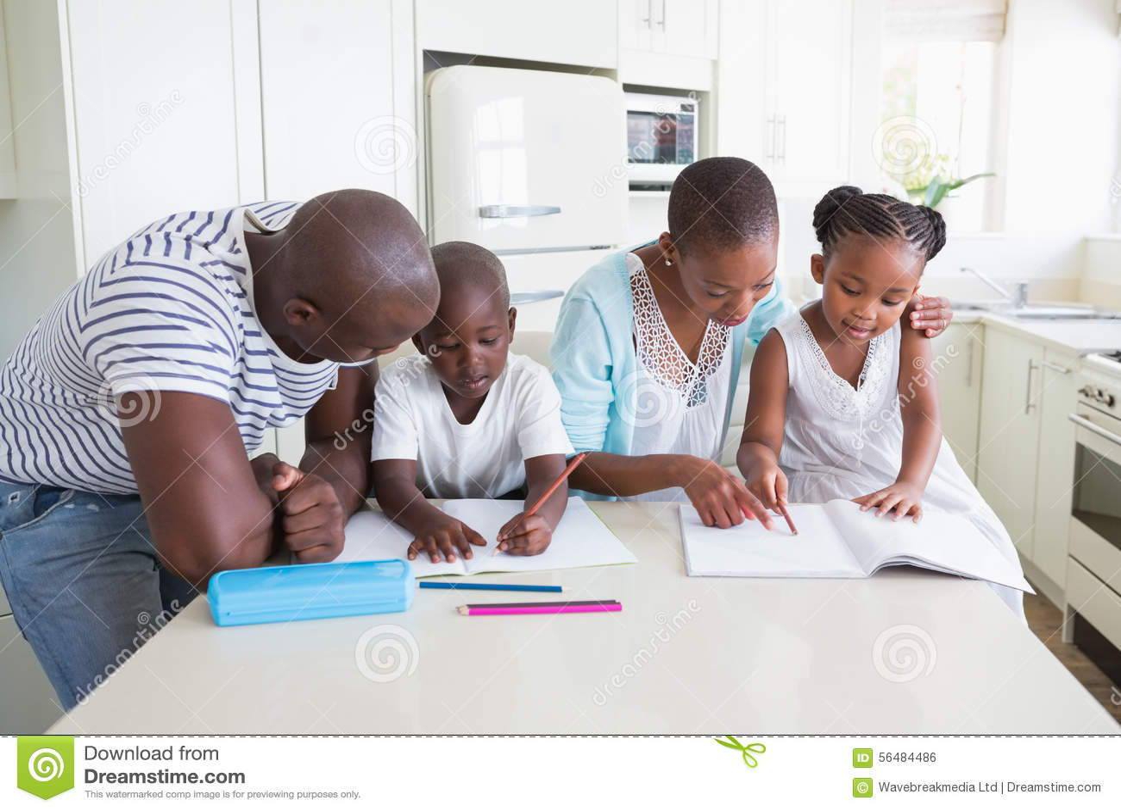 Une famille heureuse travaillant ensemble
