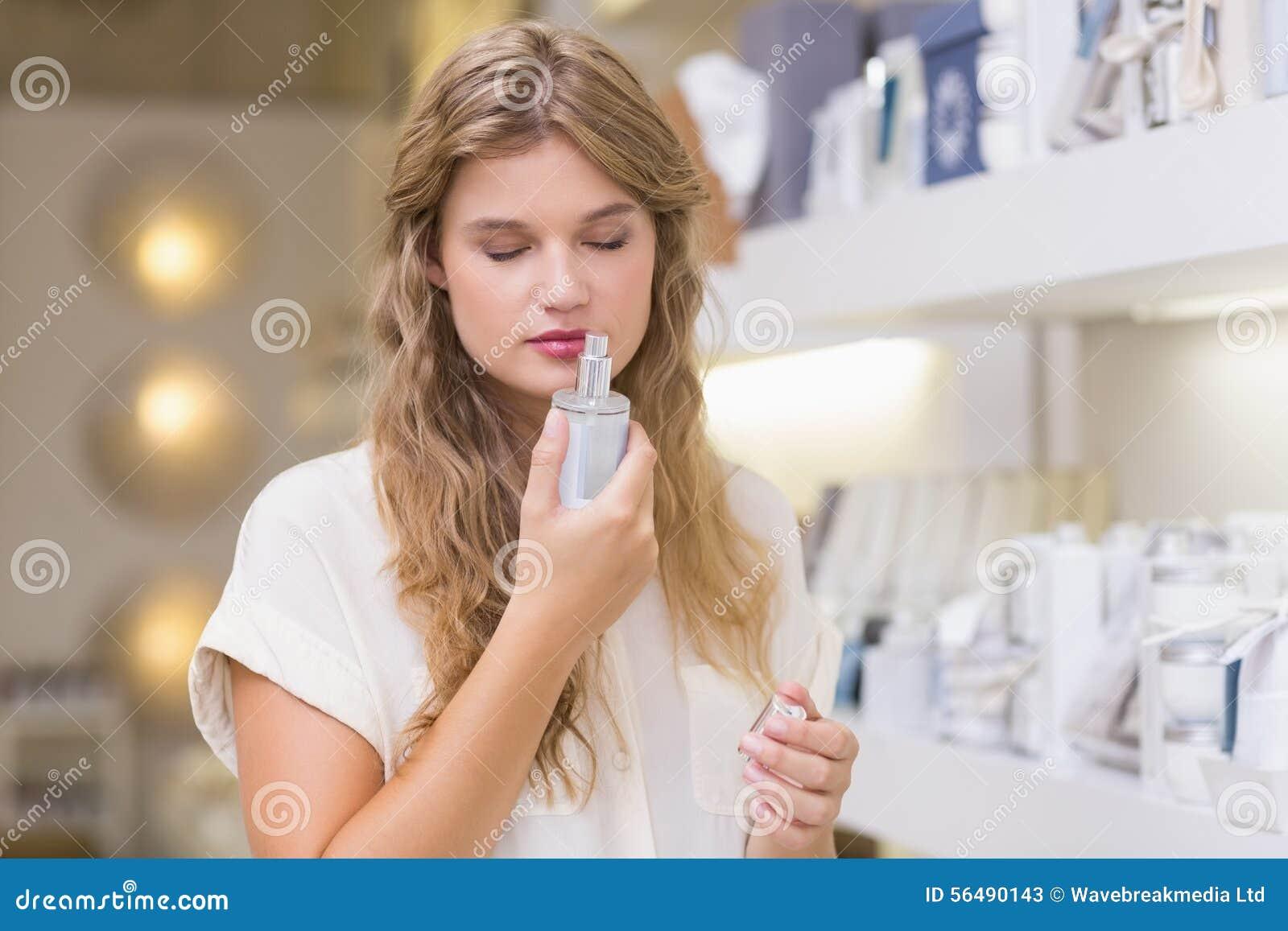 Une femme assez blonde dans une parfumerie