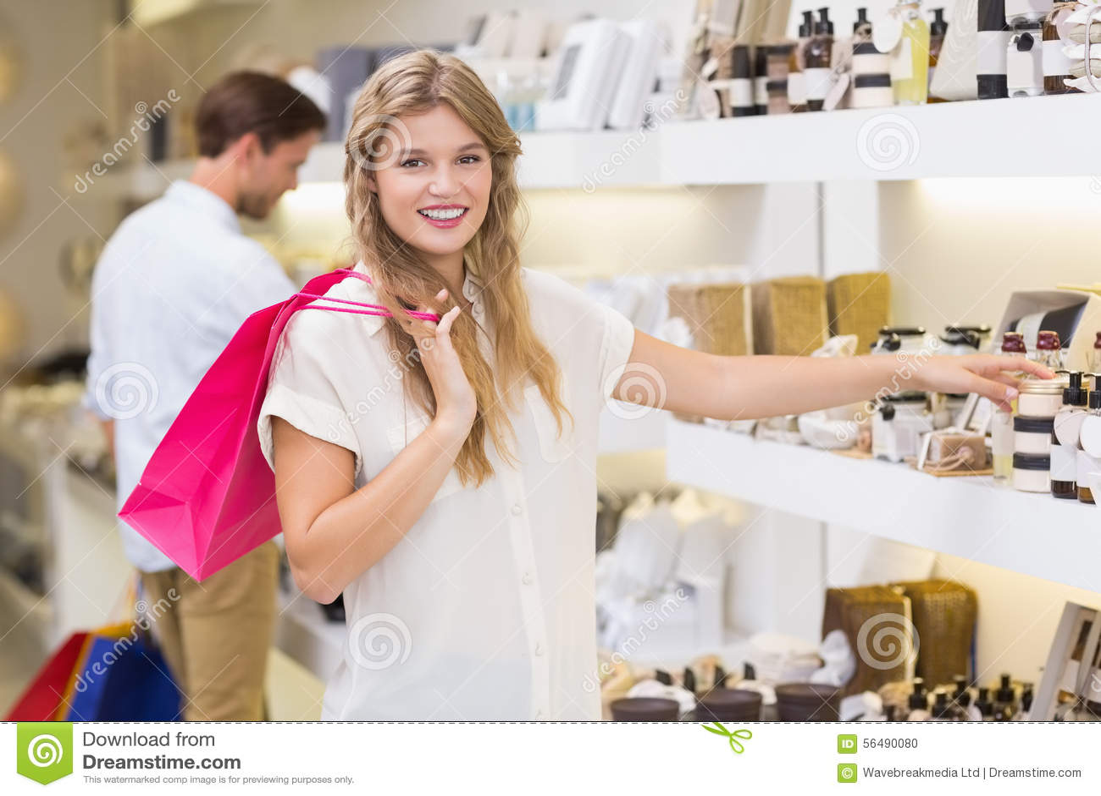 Une femme assez blonde regardant le produit de beauté