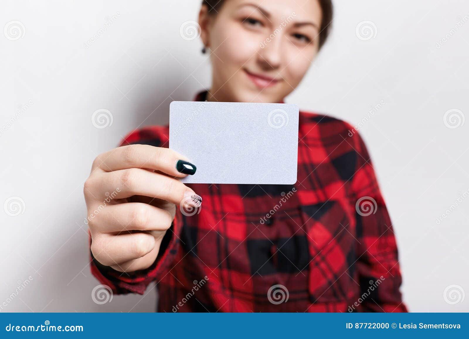 Une Femme Avec La Belle Manucure Tenant Carte De Visite Professionnelle Vierge