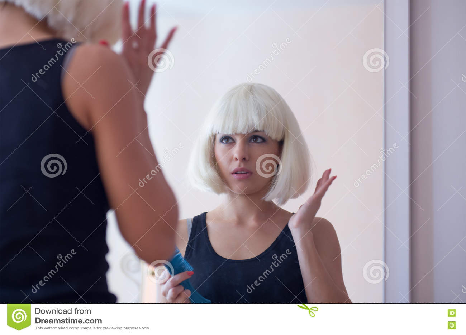 Coupe de cheveux avec les cheveux debout