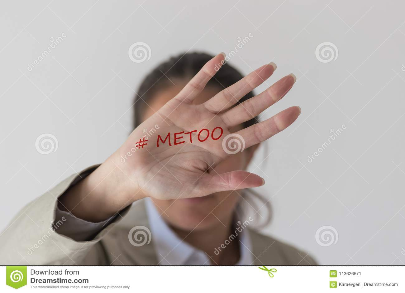 Une femme couvrant son mot imitation de hashtag de visage sur la paume de la main
