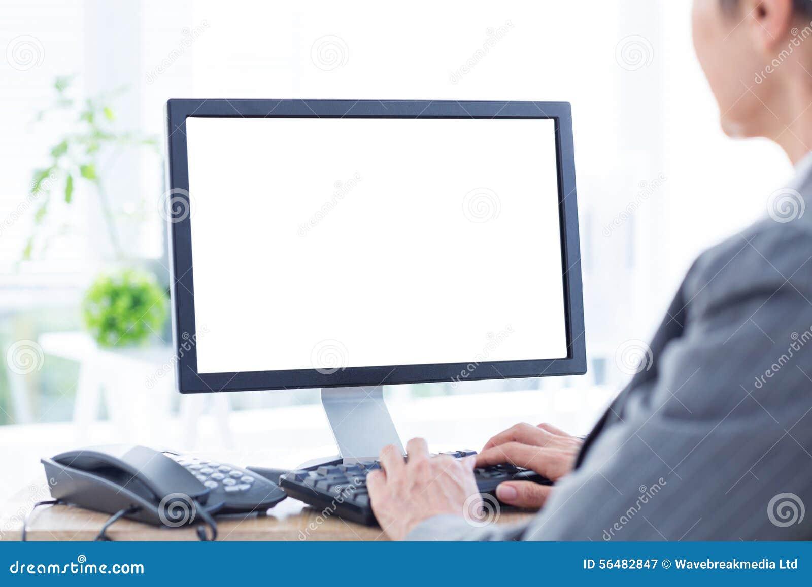 Une femme d affaires à l aide de l ordinateur