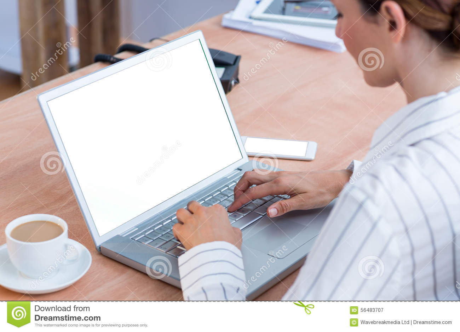 Une femme d affaires à l aide de son ordinateur portable