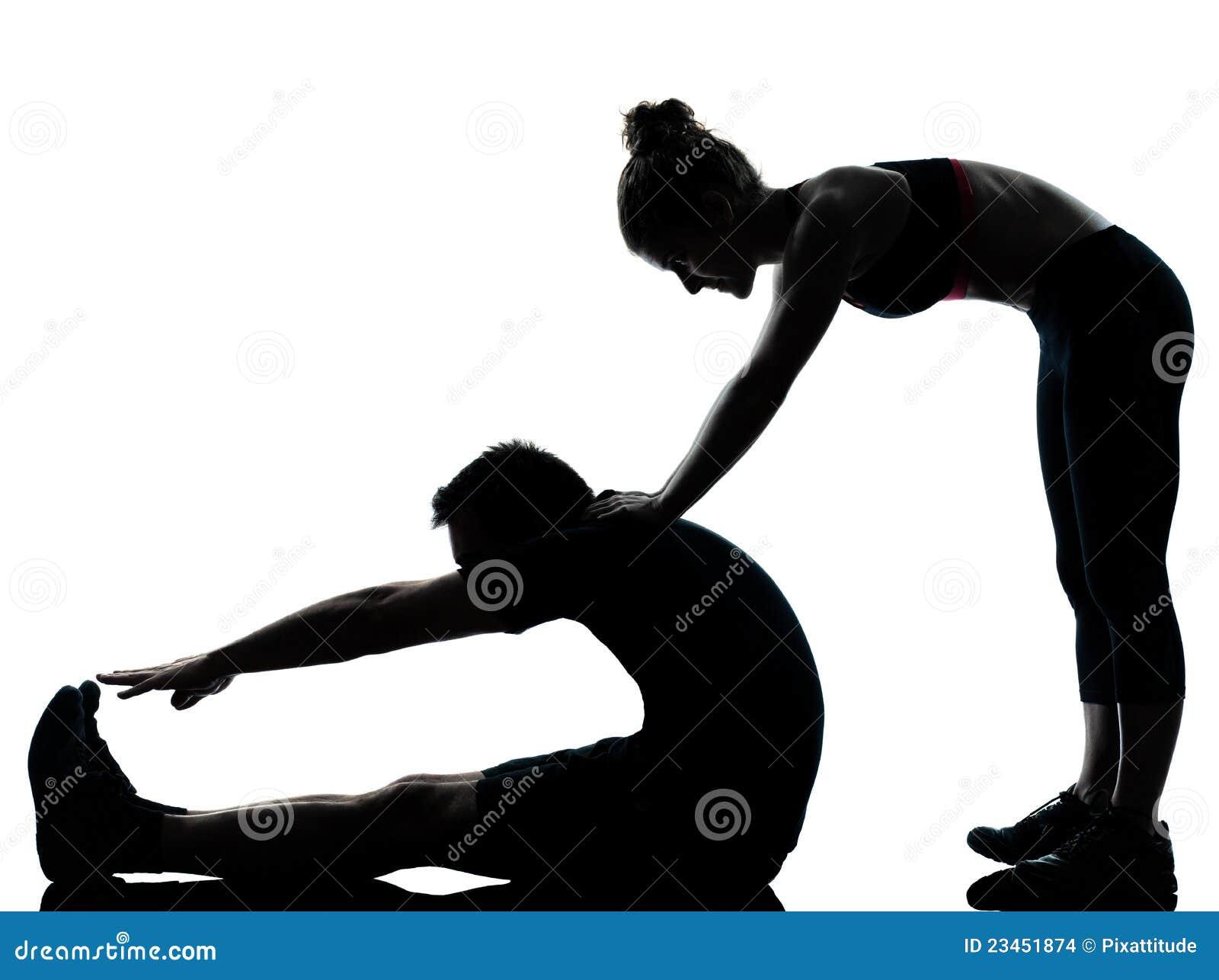 Une femme d homme de couples exerçant la forme physique de séance d entraînement