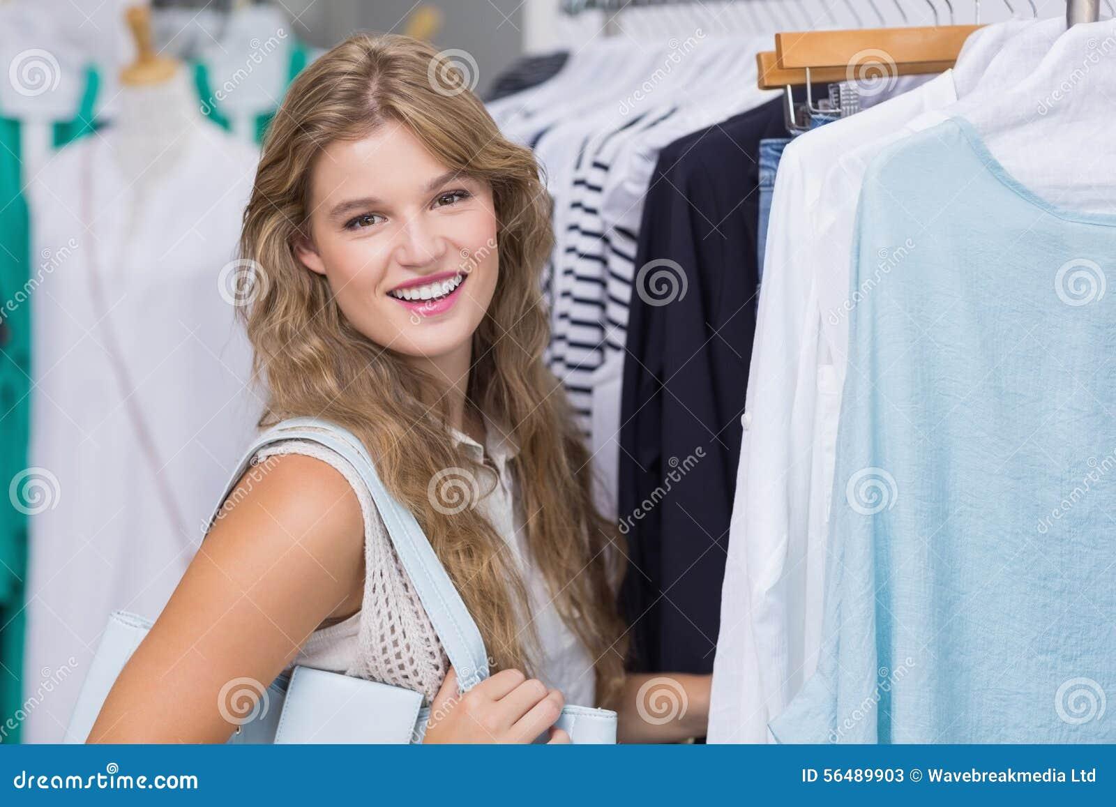 Une femme de sourire heureuse
