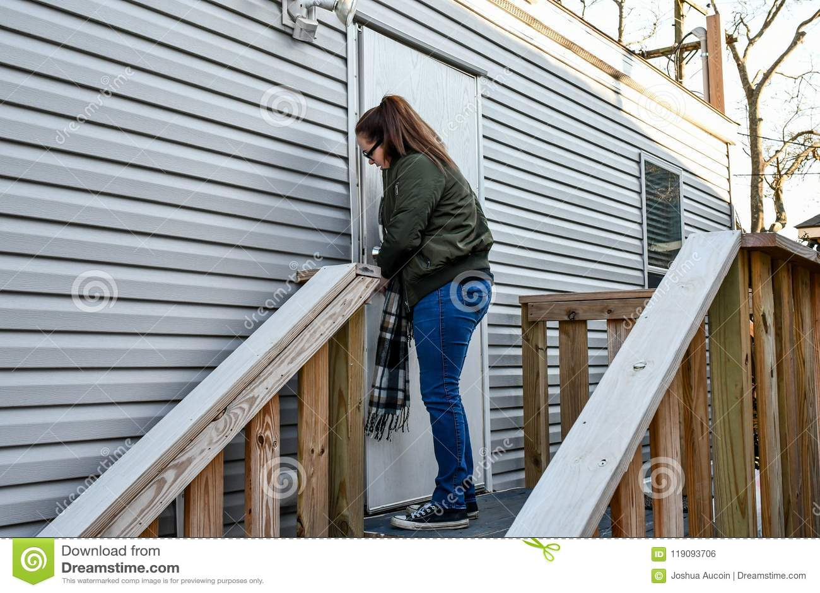Une femme ferme à clef son entrée principale pendant qu elle part à la maison