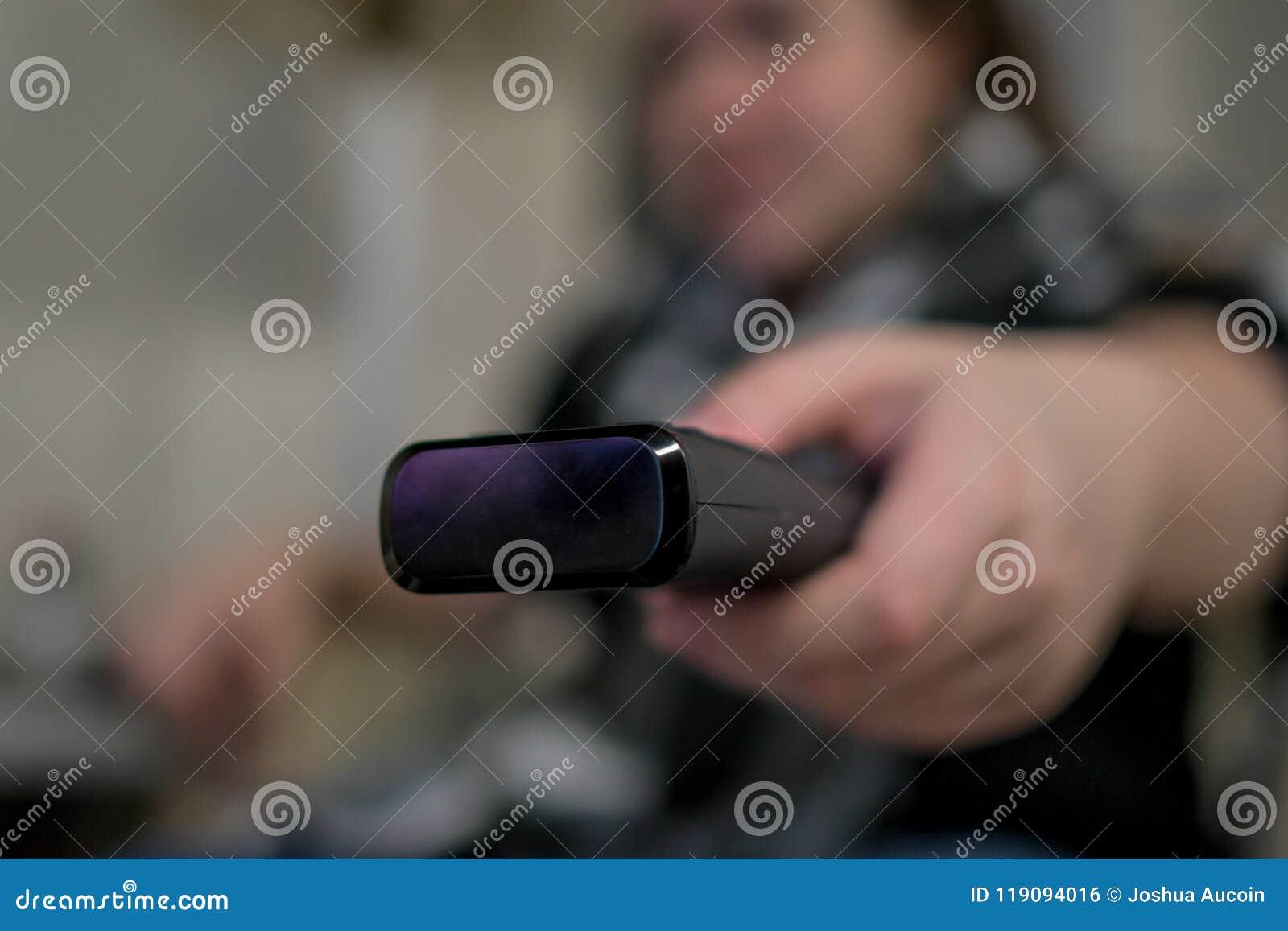 Une femme ferme à clef son entrée principale pendant qu elle part à la maison avec un sac marin plus d un bras