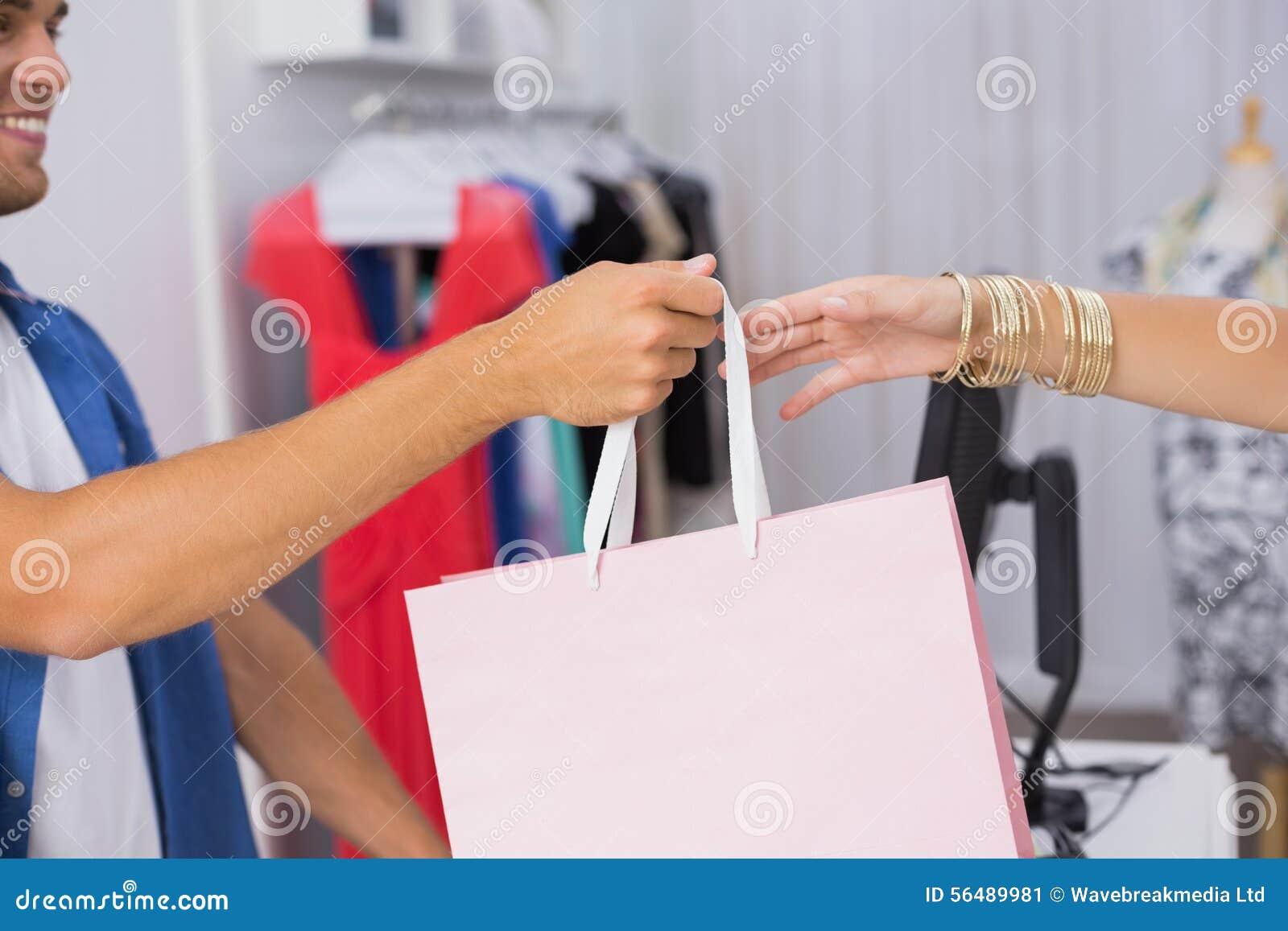 Une femme prenant un sac