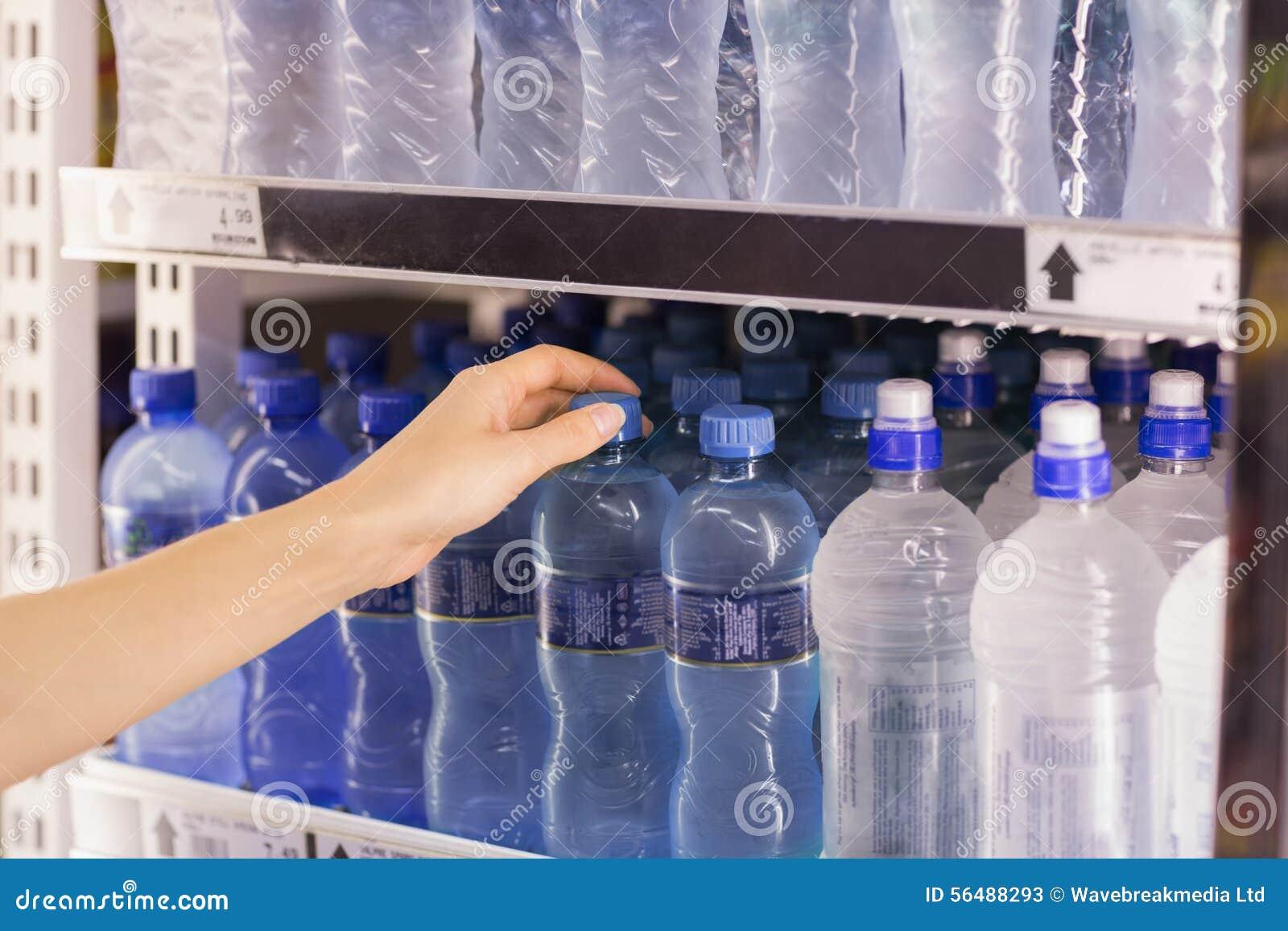Une femme prenant une bouteille d eau