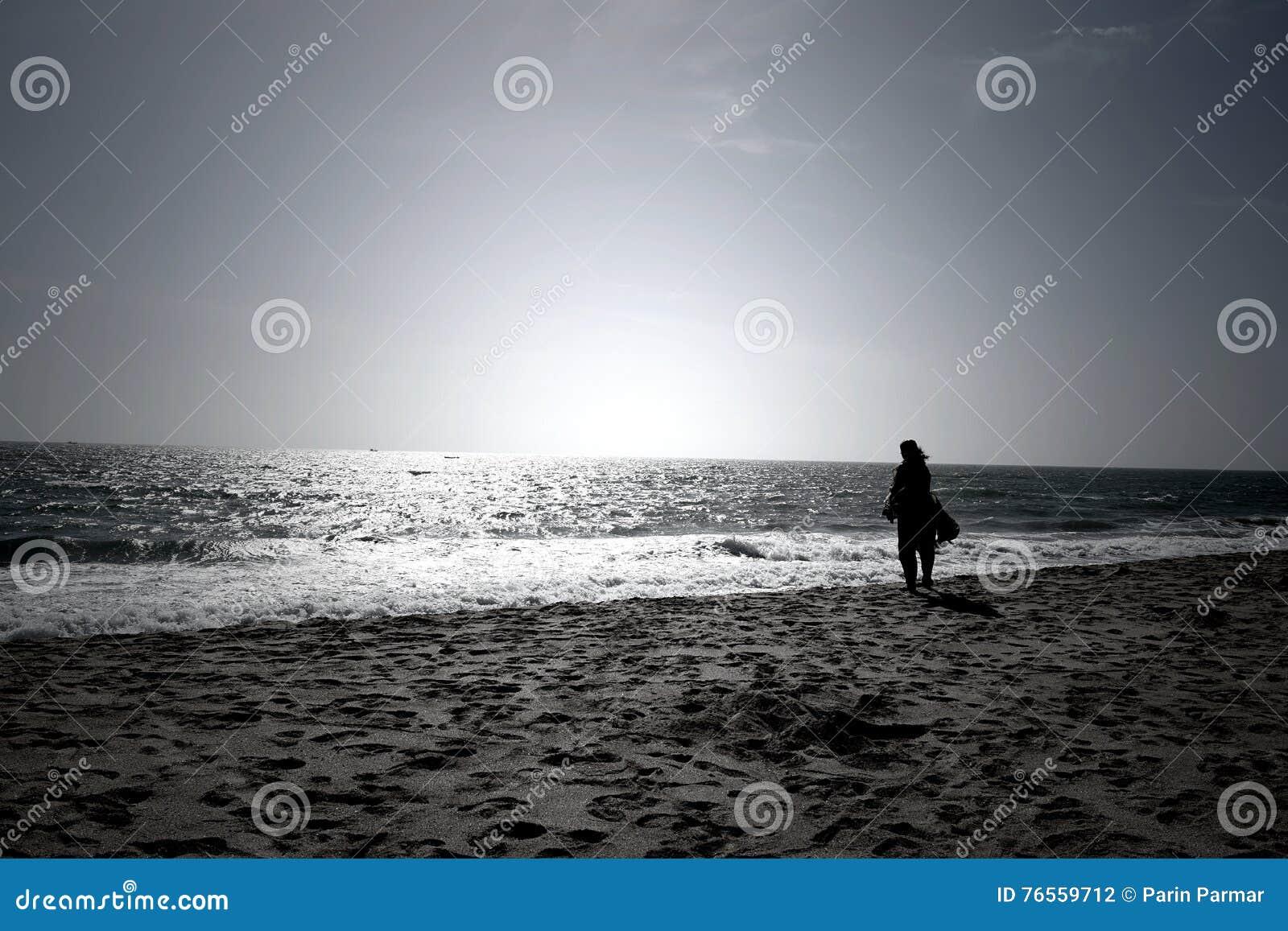 Une Femme Regardant L'horizon Infini Un Jour Ensoleillé