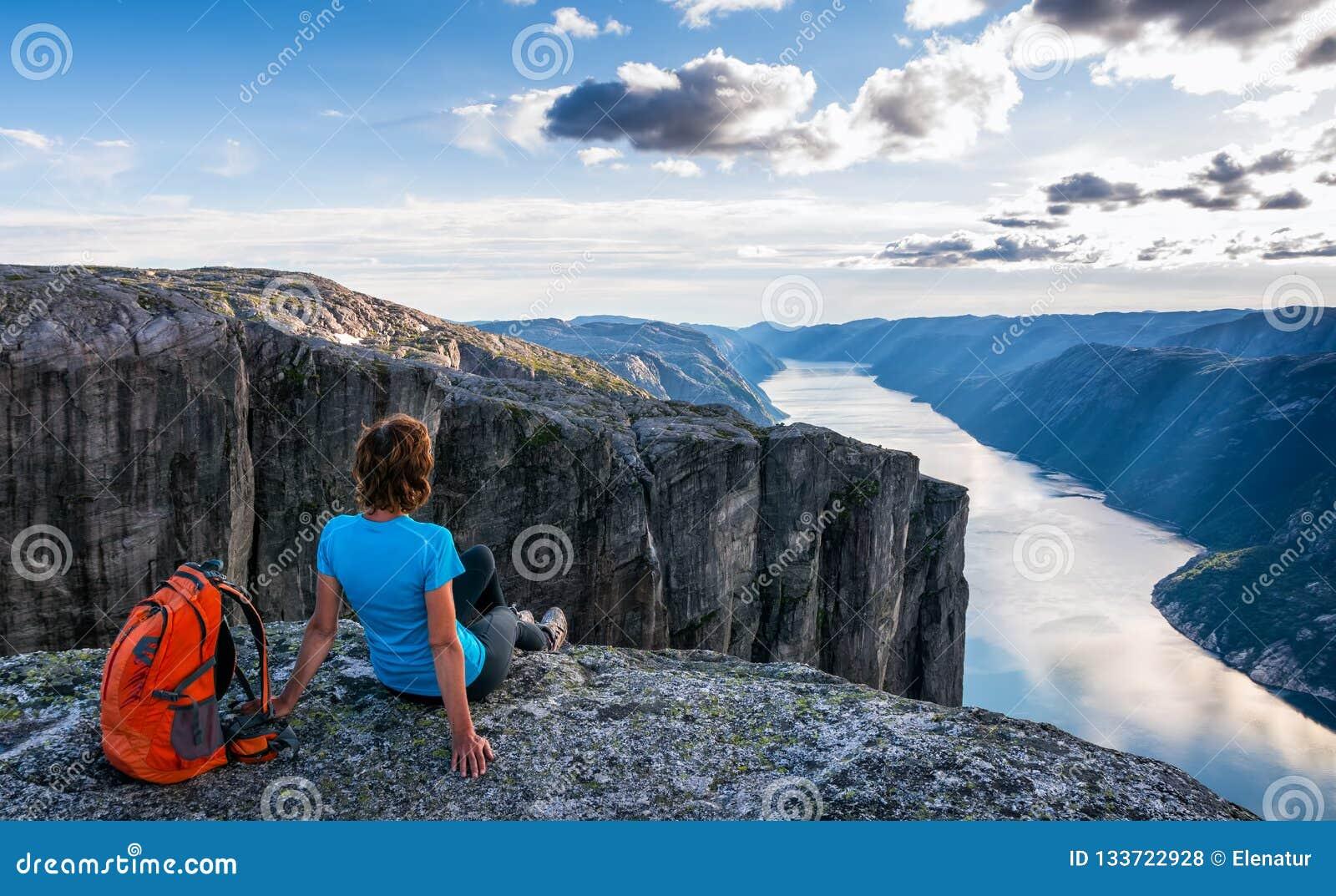 Une femme s assied au bord de la falaise sur le chemin au rocher K