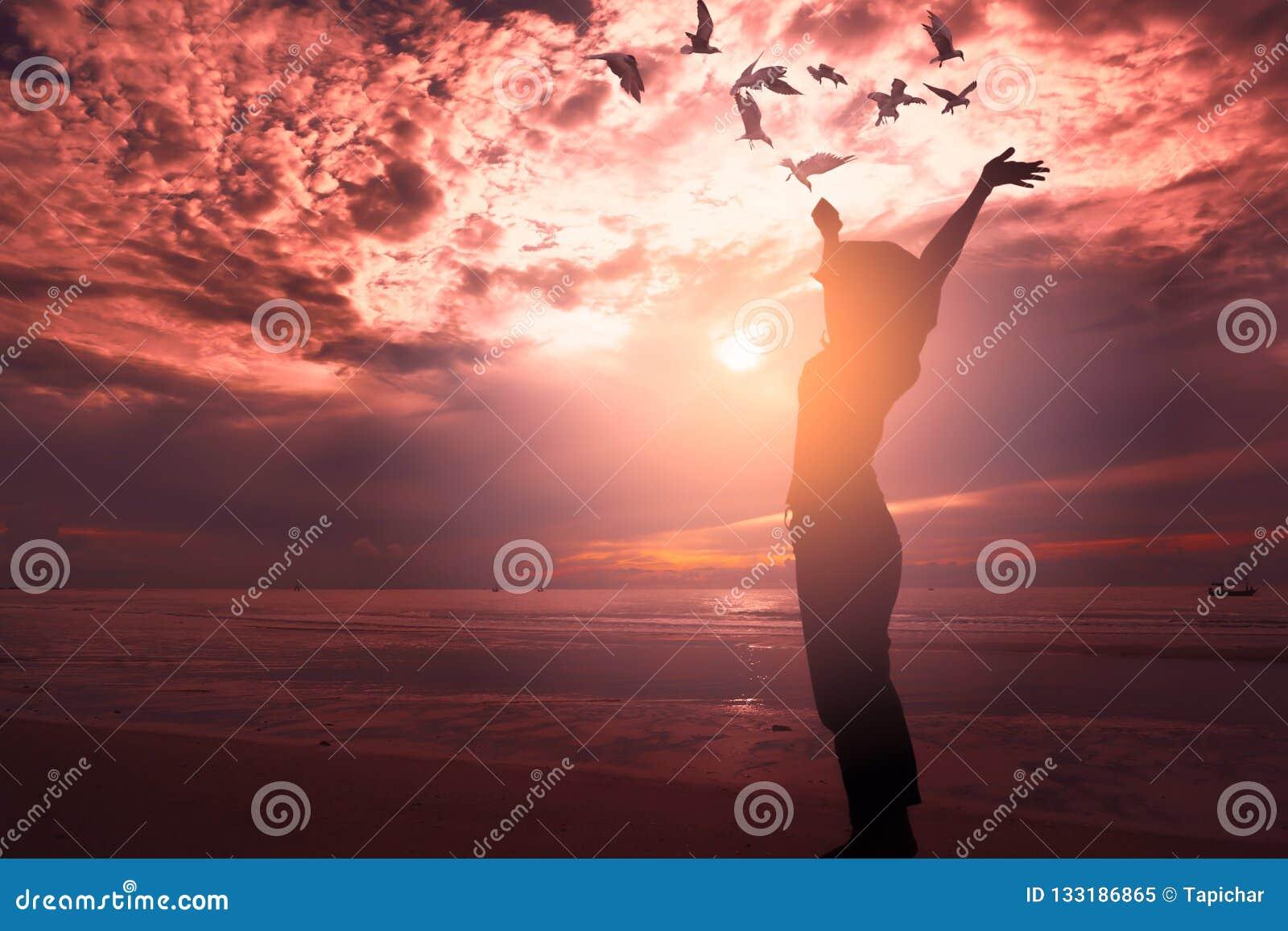 Une femme se levant sur la plage
