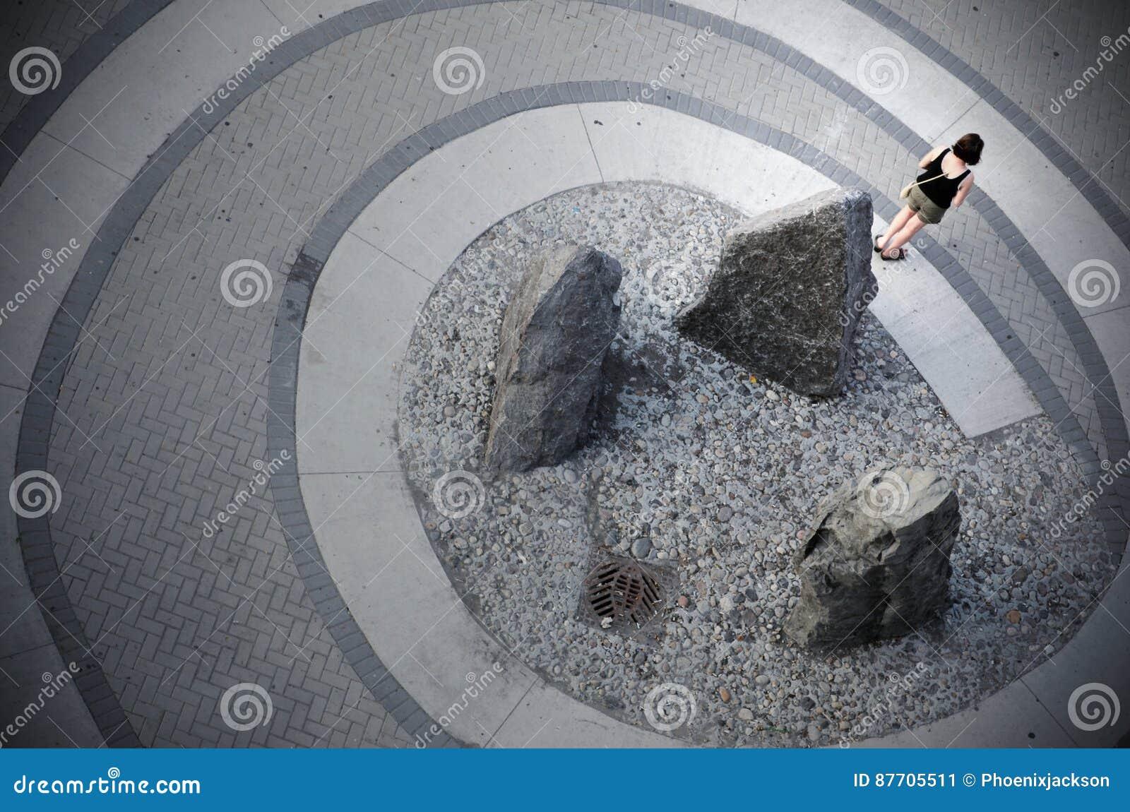 Une femme se tient sur une spirale